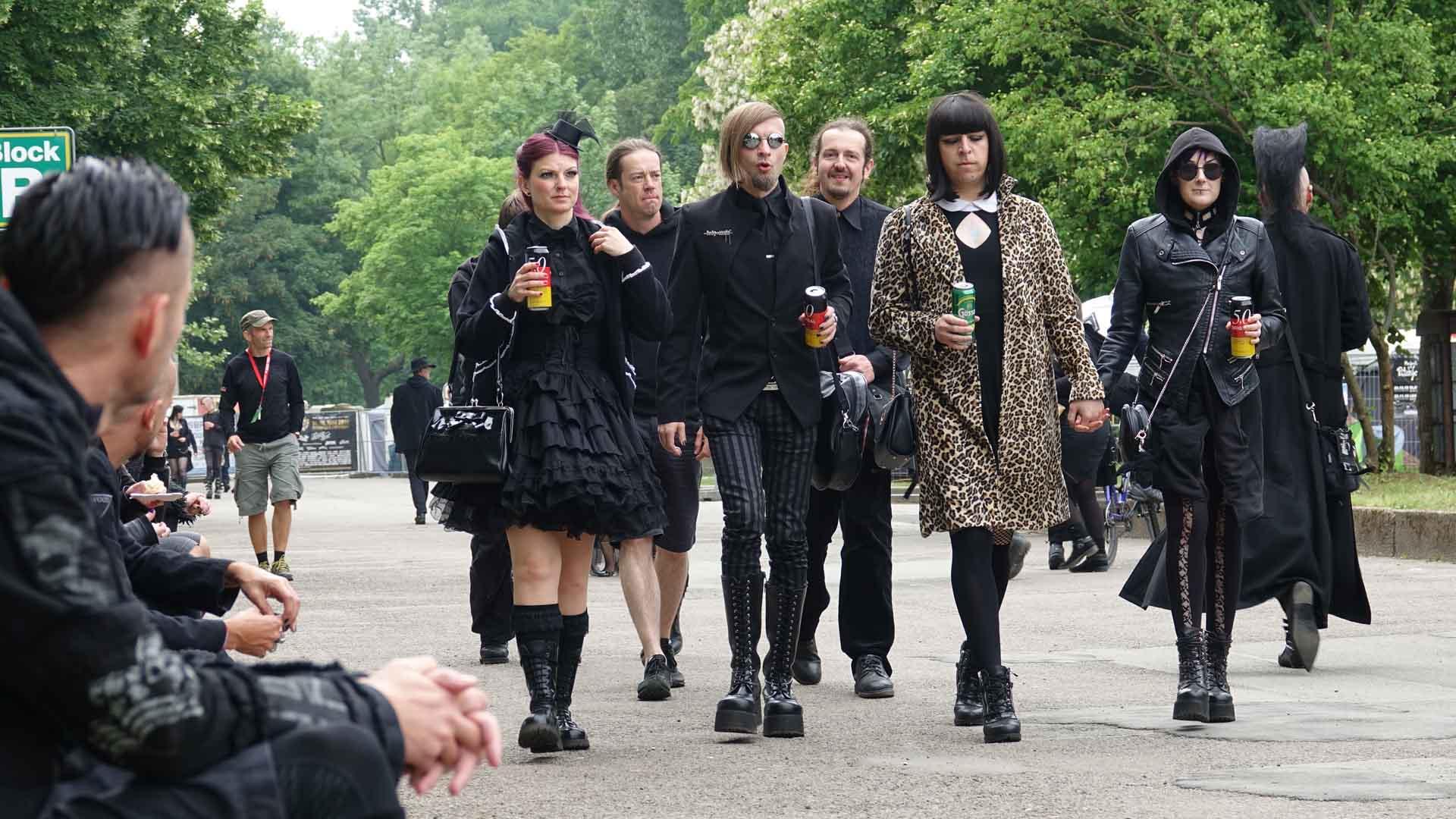 """Am Pfingstwochenende """"färbt"""" sich Leipzig schwarz durch die Fans des WGT. An 50 Orten, über die ganze Stadt verteilt, treten 200 Bands und Künstler auf."""