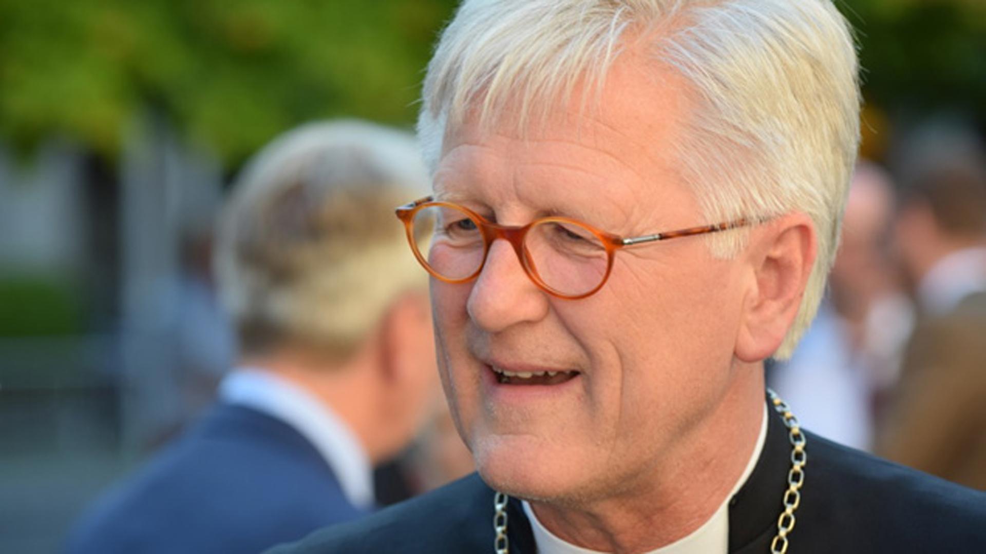 Der EKD-Ratsvorsitzende Heinrich Bedford-Strohm muss sich für die Nähe der Kirche zur Politik Kritik von dem Philosophen Horst Herrmann gefallen lassen