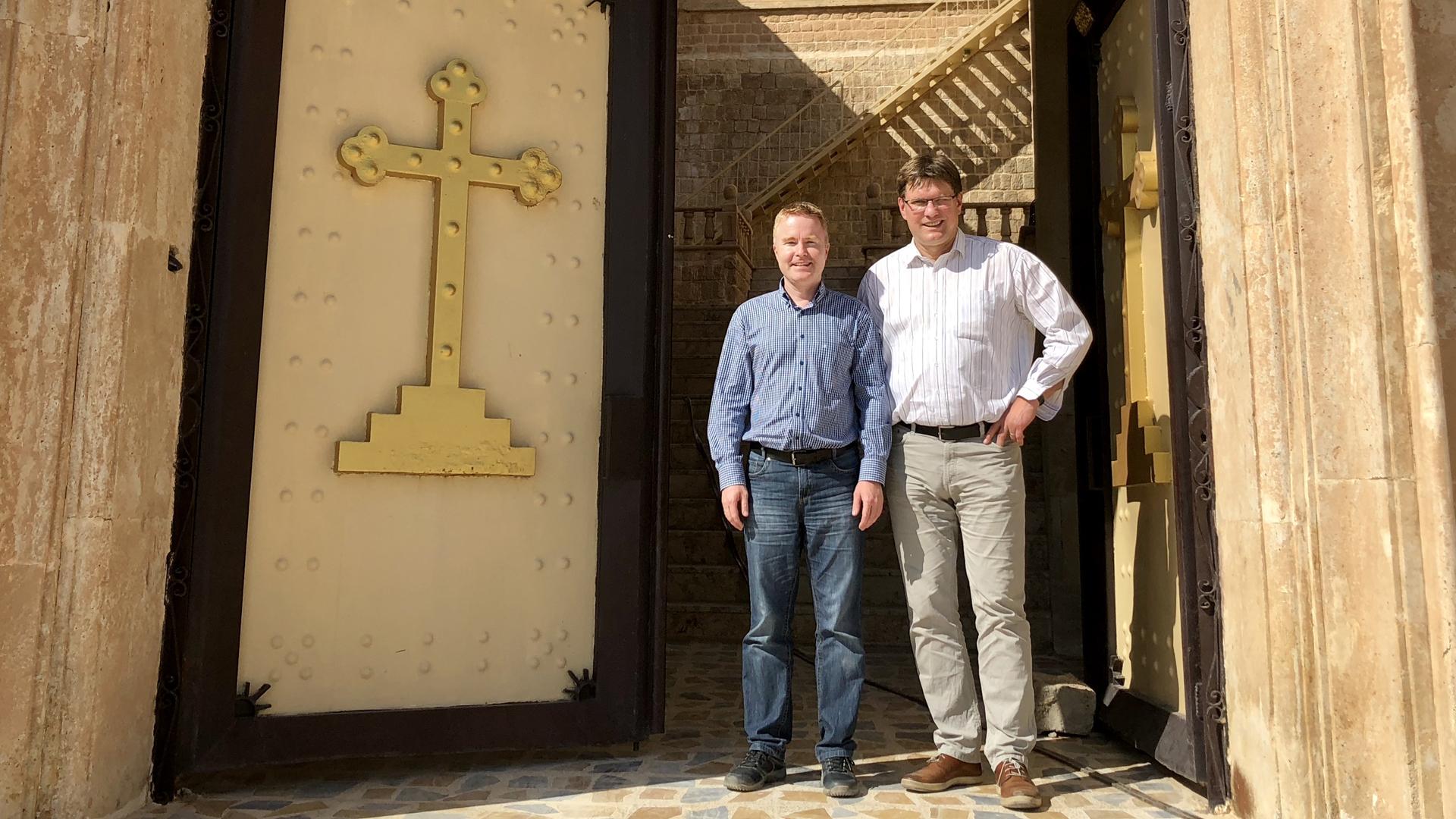 Uwe Heimowski (rechts) gemeinsam mit David Müller von der Ojcos-Stiftung vor dem assyrischen Kloster Mar Matta, einem der ältesten existierenden christlichen Klöster der Welt.