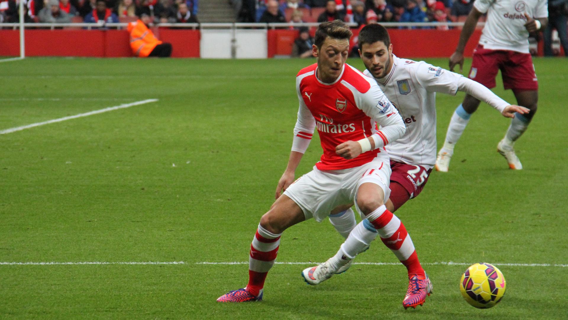 Mesut Özil (vorne) im Trikot seines Vereins FC Arsenal. Das der deutschen Nationalmannschaft wird er wohl nicht mehr tragen.
