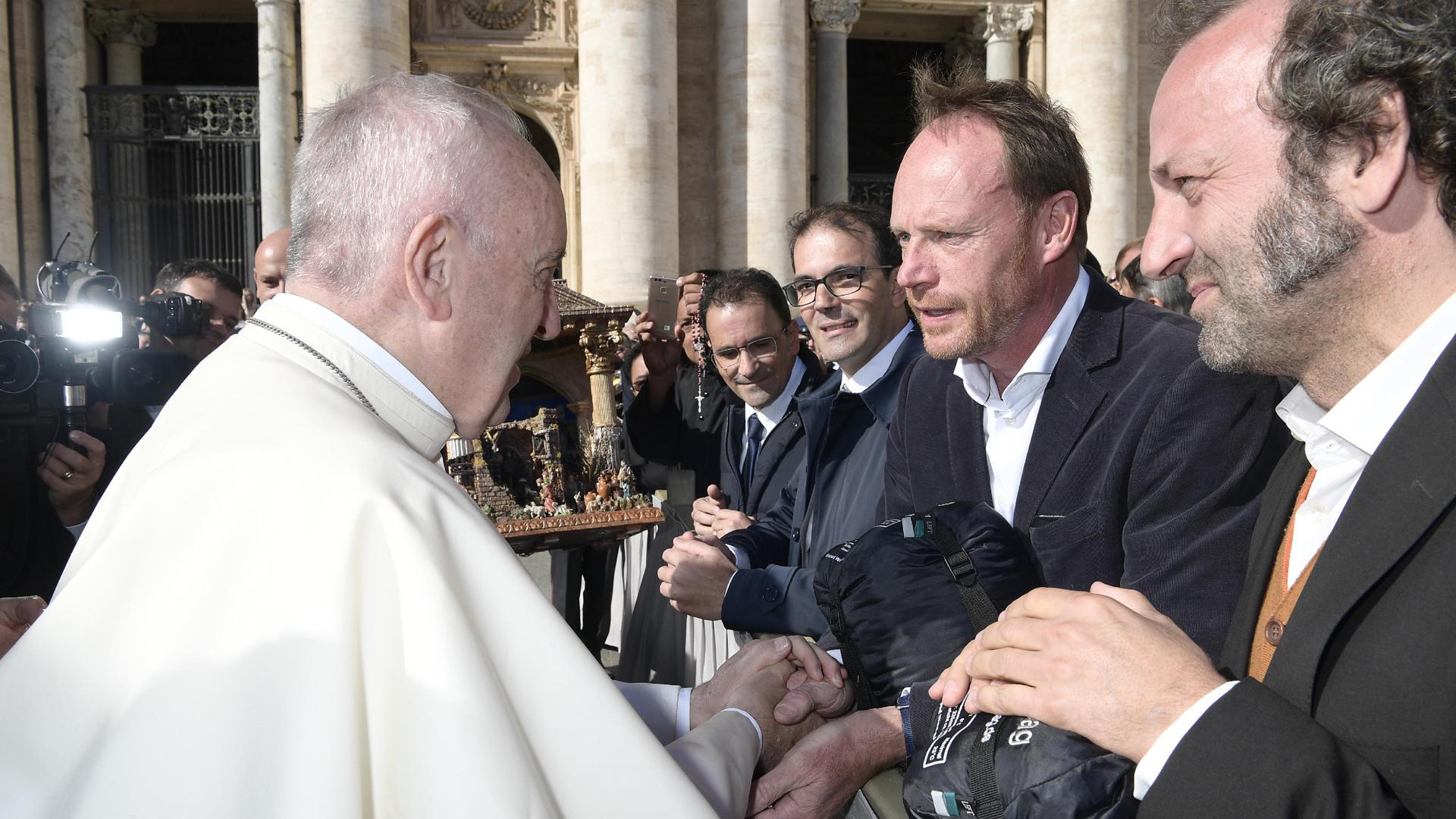 """Moderator Schmidt Max (rechts) besucht in der Folge """"Schmidt Max und die Audienz beim Papst"""" Papst Franziskus im Vatikan"""