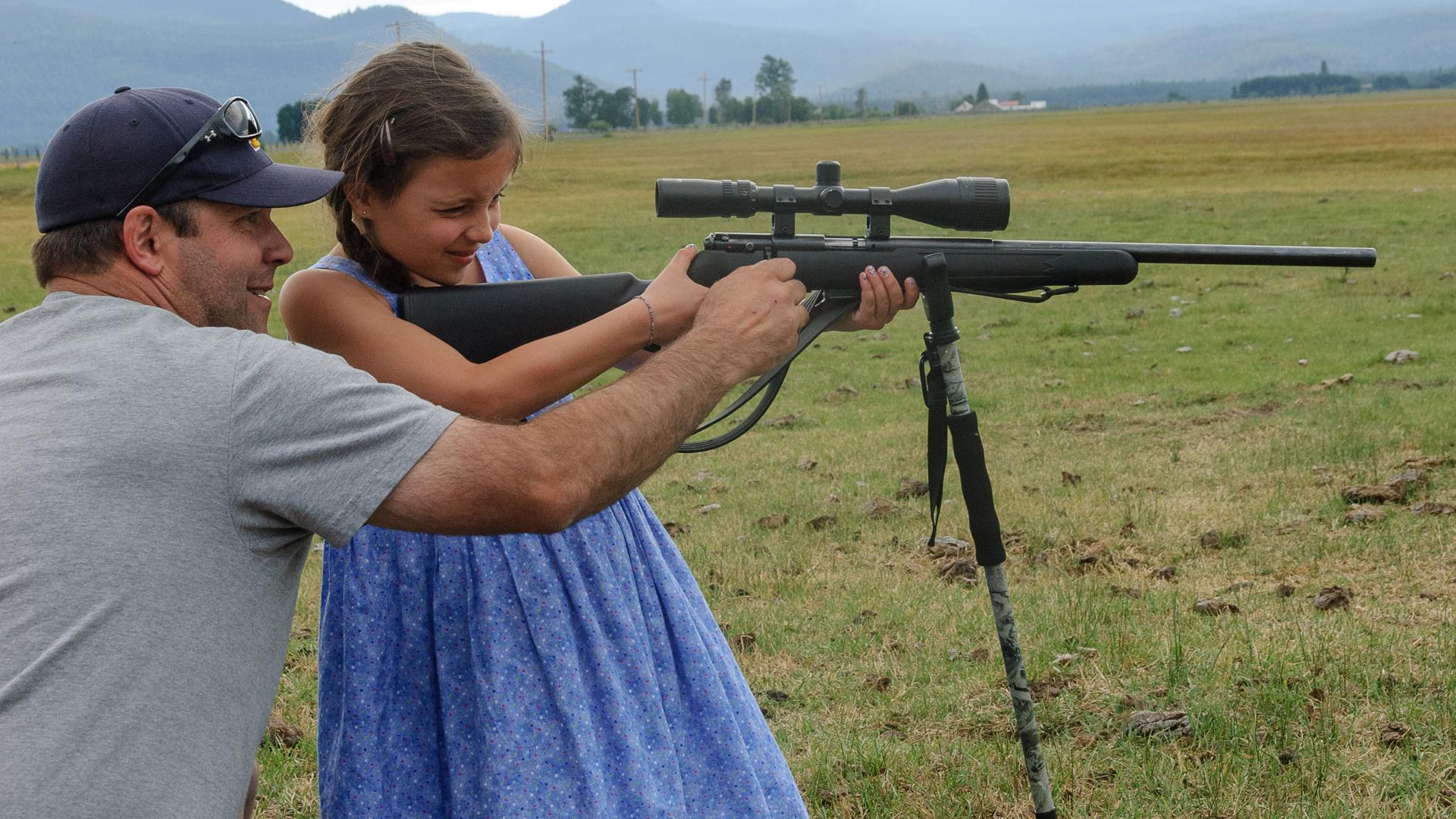 Vater und Tochter beim Zielschießen. Für viele Amerikaner sind Waffen ein christlicher Wert, den sie wie jeden anderen an ihre Kinder weitergeben möchten.