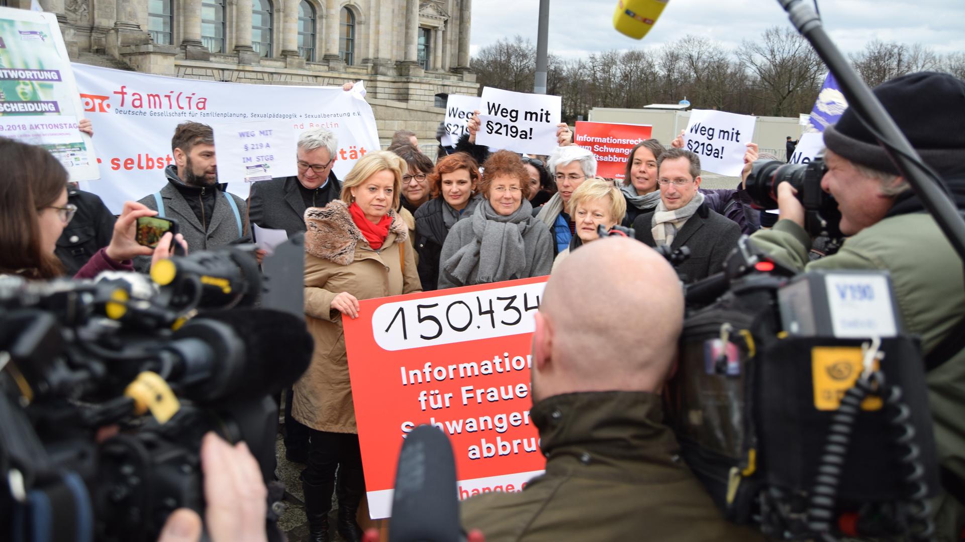 Die Ärztin Kristina Hänel (M.) hat mit ihrem Kampf für Abtreibungswerbung eine öffentliche Debatte angestoßen