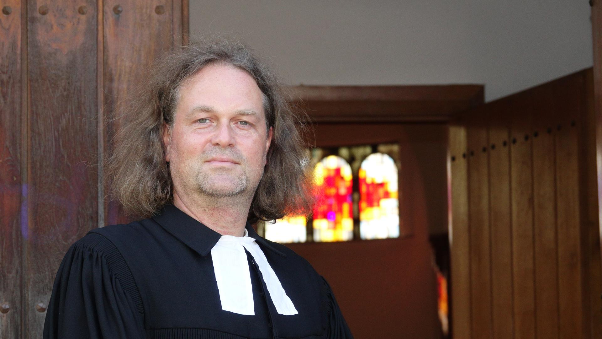 Johannes Höpfner, 46 Jahre, ist seit Dezember 2013 Gemeindepastor der Evangelisch-Lutherischen Kirchengemeinde Niendorf. Höpfner stammt aus der ehemaligen DDR und ist in vierter Generation Pfarrer.