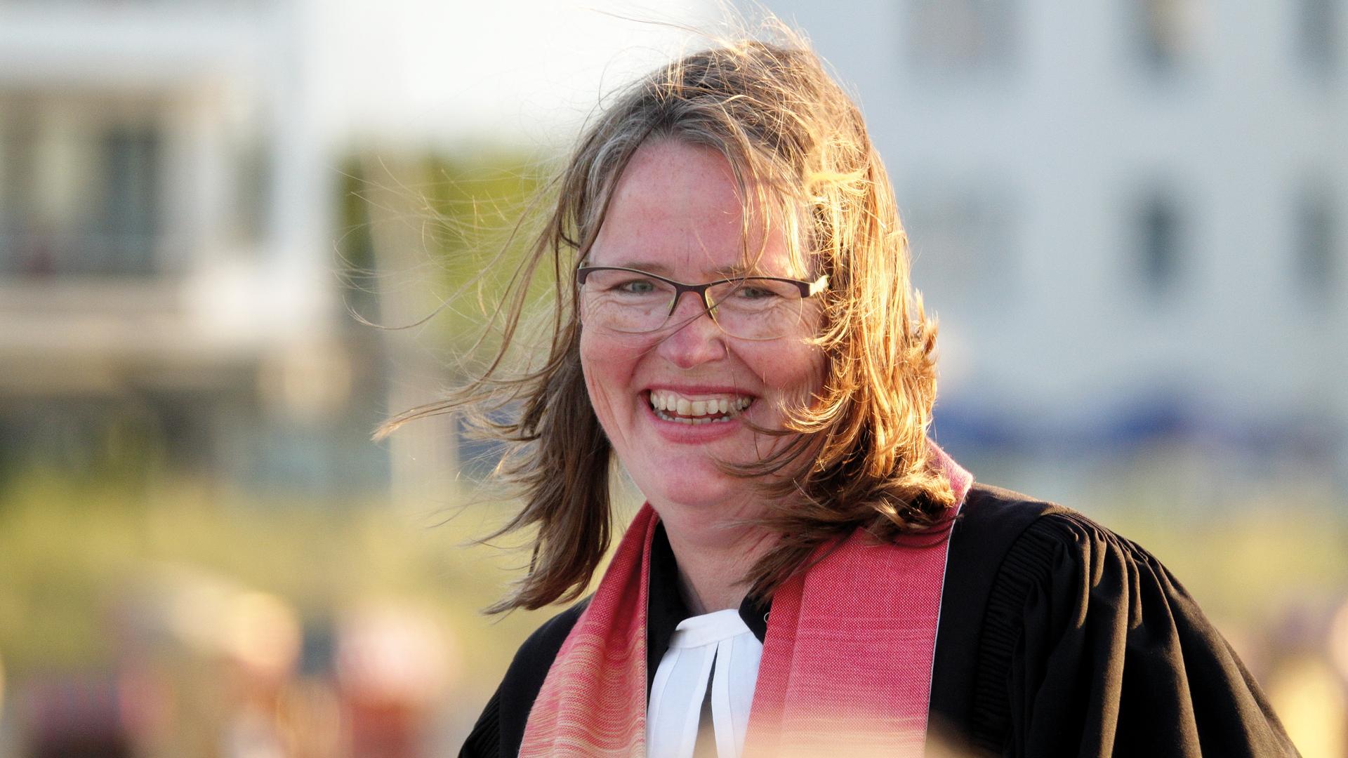 Katharina Gralla, 52 Jahre, ist von Mai bis September Strandpastorin in der Kirchenregion Strand. Fünf Gemeinden rund um die Lübecker Bucht zwischen Niendorf und Sierksdorf gehören dazu.