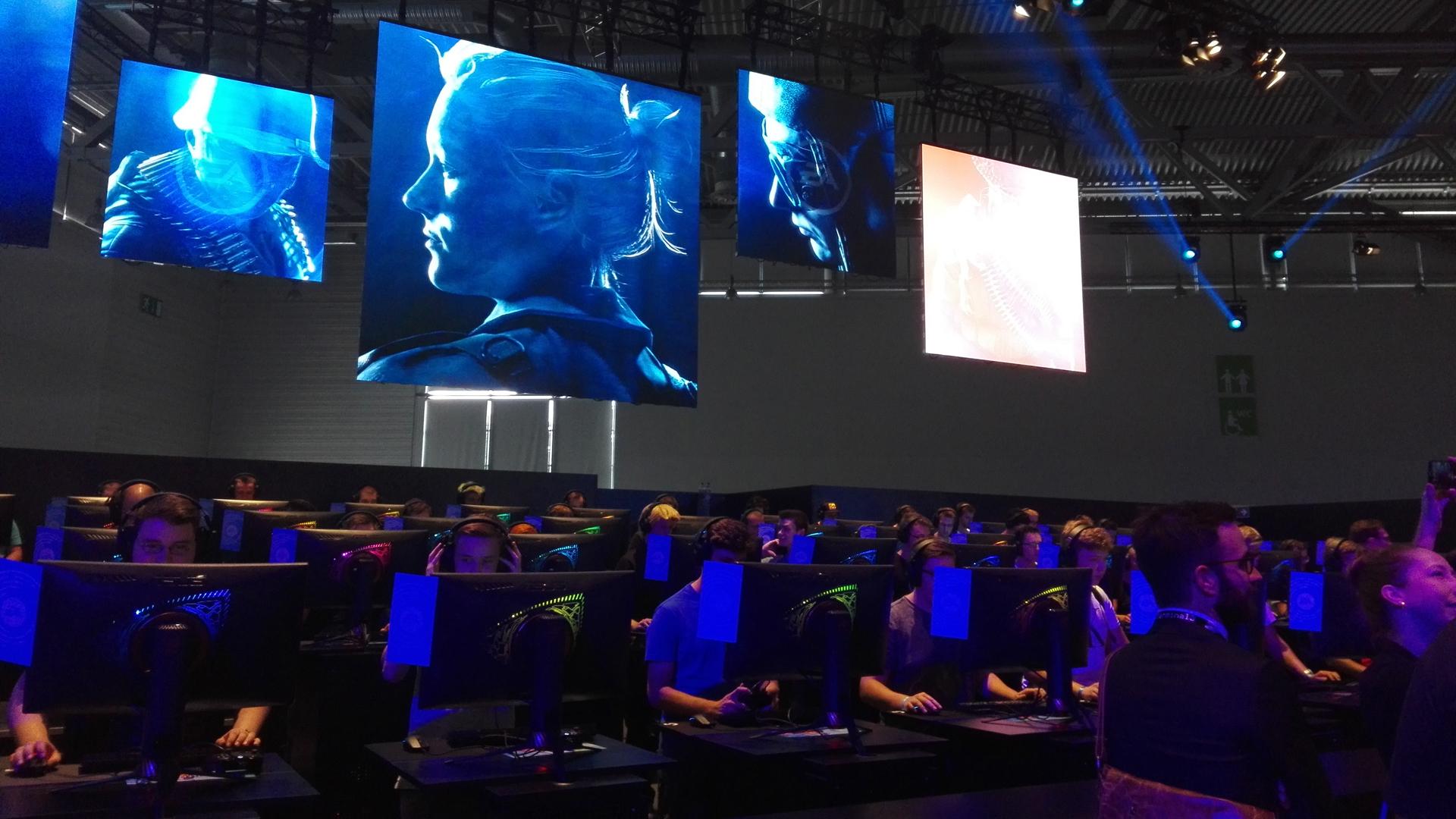 """Die Fans stehen stundenlang an, um einen begehrten Testplatz am PC zu bekommen. Hier wird """"Battlefield """""""