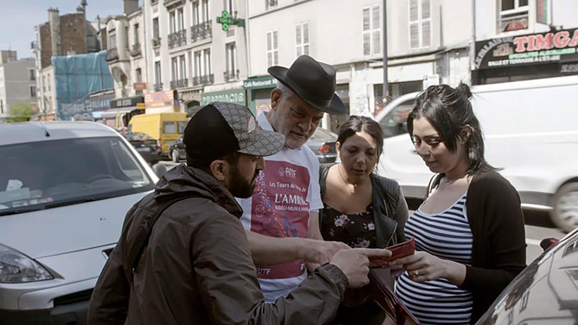 Der Rabbiner Michel Serfaty (2.v.l.), Präsident einer jüdisch-muslimischen Organisation, setzt sich im Gespräch mit Muslimen für gegenseitiges Verständnis ein