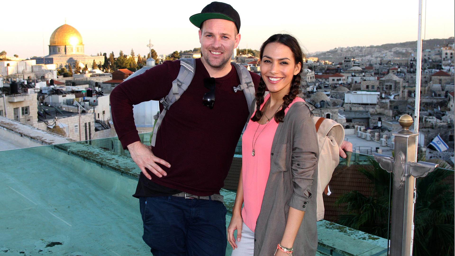 """Auf der Suche nach dem echten Christentum reisten die Kika-Moderatoren Amy und Ben für ihre Sendung """"Schnitzeljagd – Mit Christus um die Welt"""" in weit entfernte Länder"""