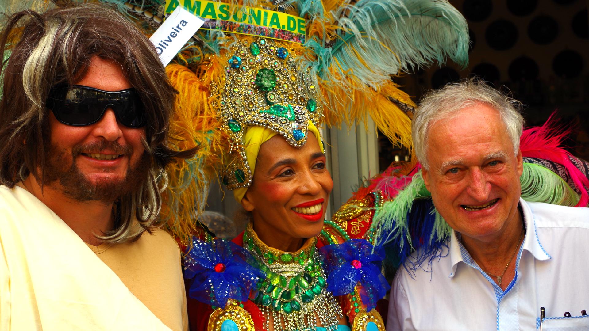 Detlev F. Neufert (r.) will zeigen, dass das Christentum fröhlich ist. Bei einer eigens zu diesem Zweck angemeldeten Demo begleiteten ihn ein als Jesus verkleideter Schauspieler und die Choreografin Sonia de Oliveira.