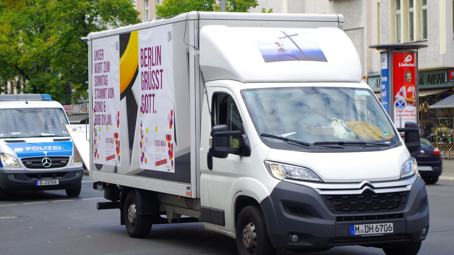 Ein Transporter mit Botschaft sollte die Berliner am Samstag davon überzeugen, dass das Christentum eine gute Sache ist