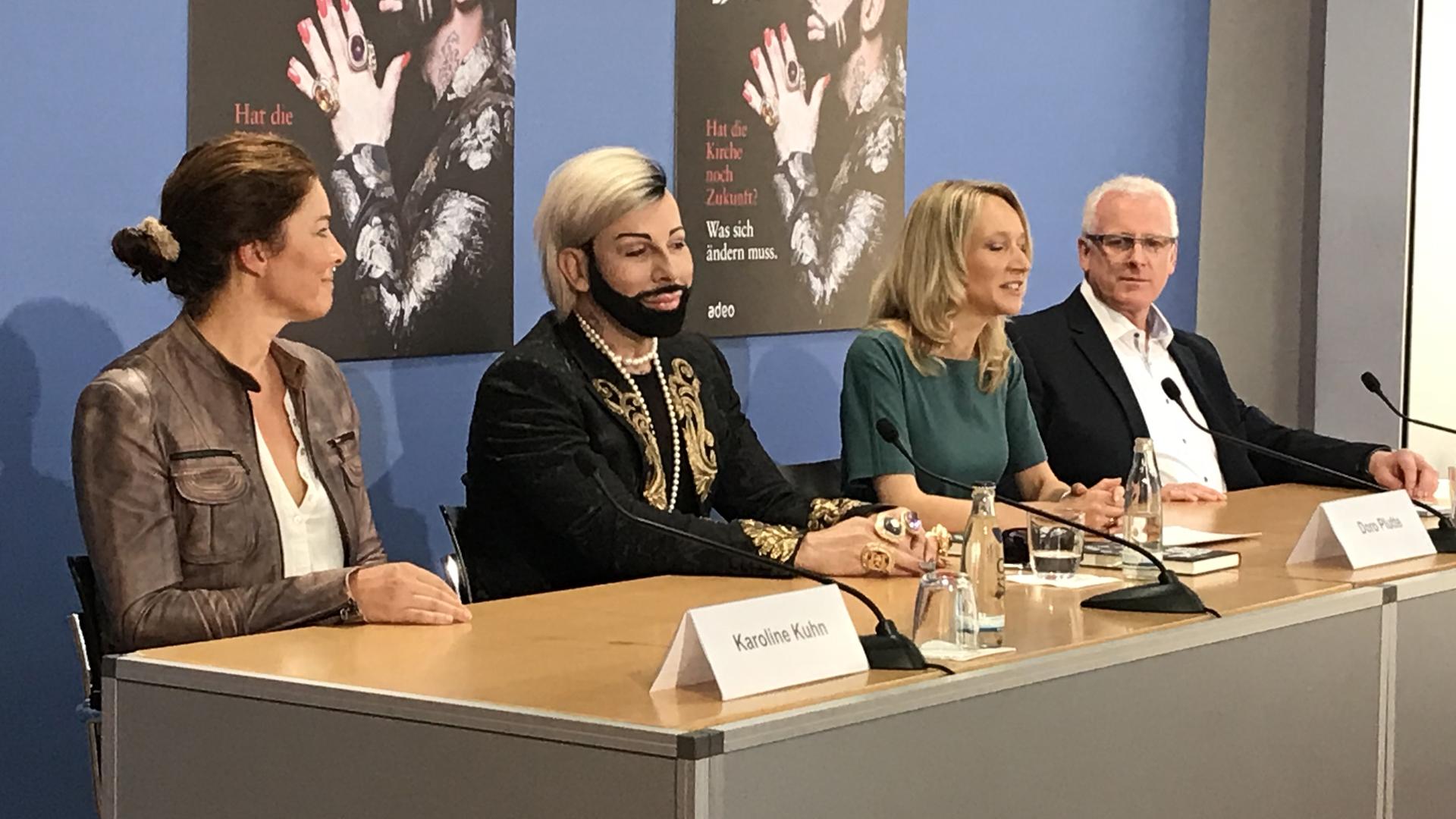Pressekonferenz in Berlin (v.l.): Karoline Kuhn von Adeo, Harald Glööckler, Moderatorin Doro Plutte und Verlagsleiter Detlef Holtgrefe
