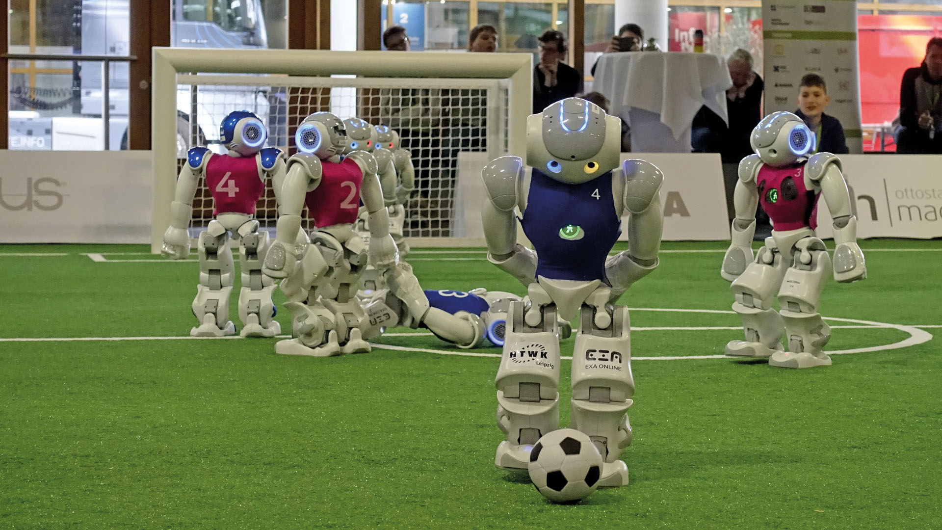 """Beim Roboter-Fußball sind die deutschen Mannschaften international sehr erfolgreich: Das Nao-Team HTWK von der Leipziger Hochschule für Technik, Wirtschaft und Kultur hat in diesem Jahr beim RoboCup die German Open und den Weltmeistertitel in der """"Standard Platform League"""" gewonnen."""