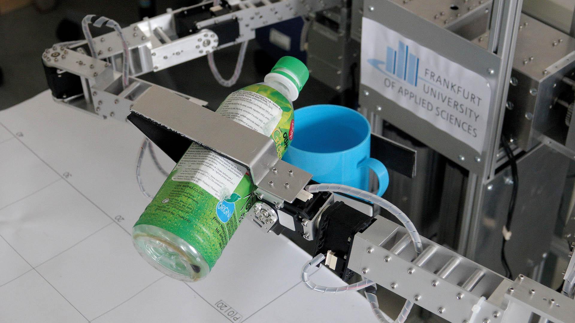 ... einmal einschenken bitte: An der Frankfurt University of Applied Science forschen Wissenschaftler an Robotern, die dem Menschen im Alltag zur Hand gehen.