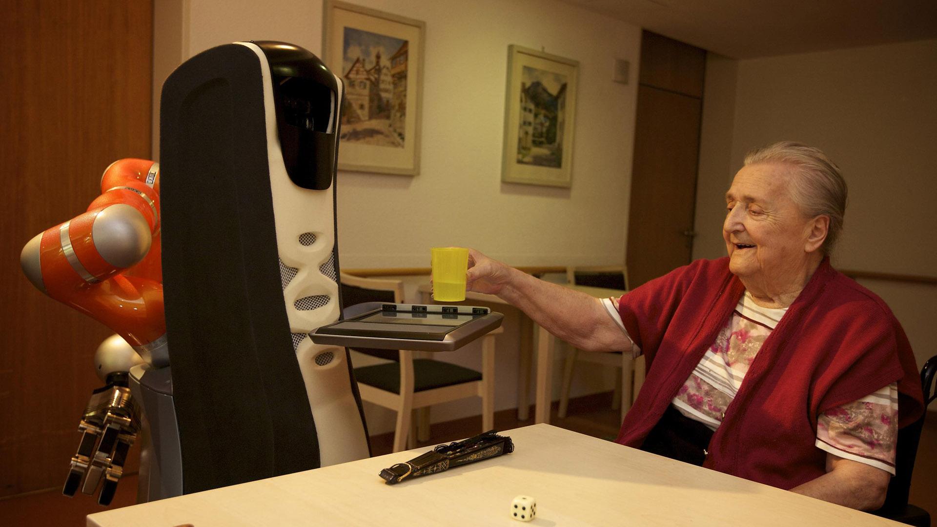 Assistenzroboter wie der Care-O-Bot 3 des Fraunhofer-Instituts können zum Beispiel im Pflegebereich eine hilfreiche Unterstützung sein. Eine soziale Beziehung zu Menschen können die Maschinen aber nur simulieren. Zwischenmenschliche Begegnungen haben einen einzigartigen Charakter.
