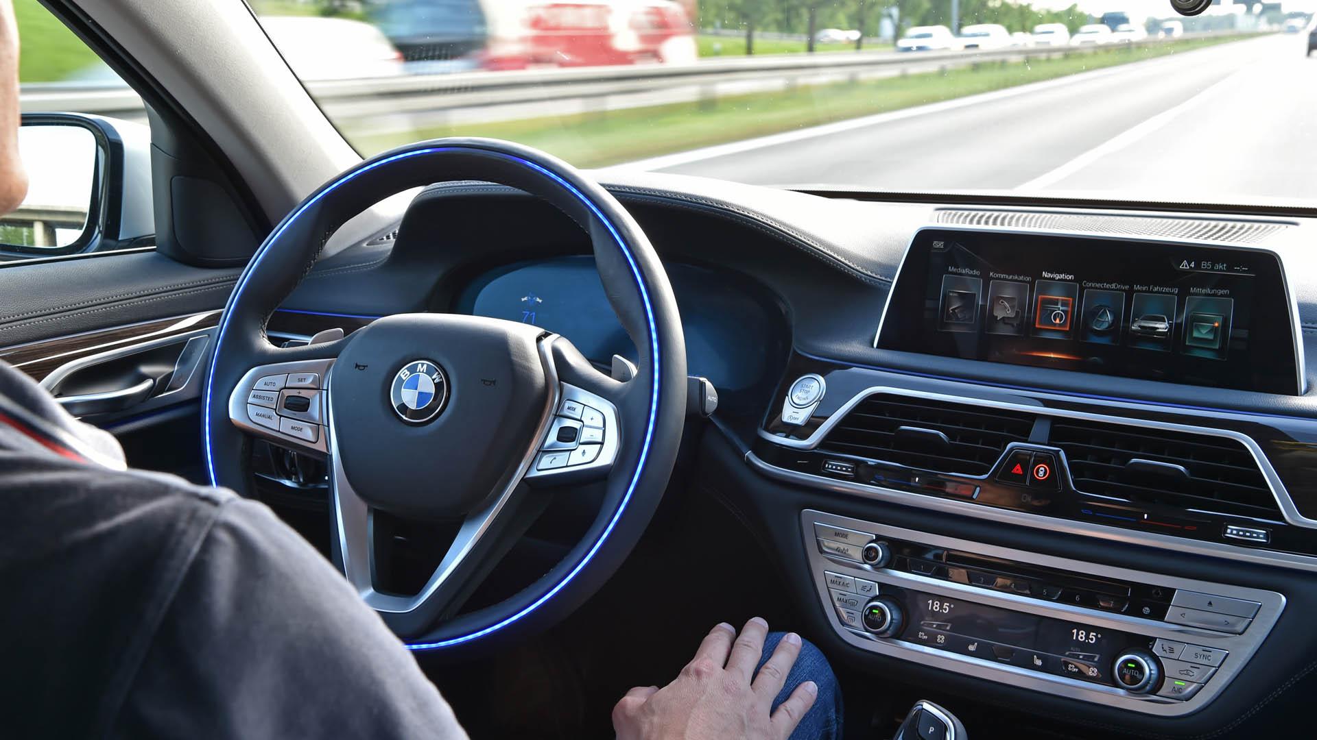 Sind selbstfahrende Autos die Zukunft? Die Autohersteller testen solche Modelle bereits. Wenn die Technik ausgereift ist, könnte sie zuverlässiger sein als ein menschlicher Fahrer.