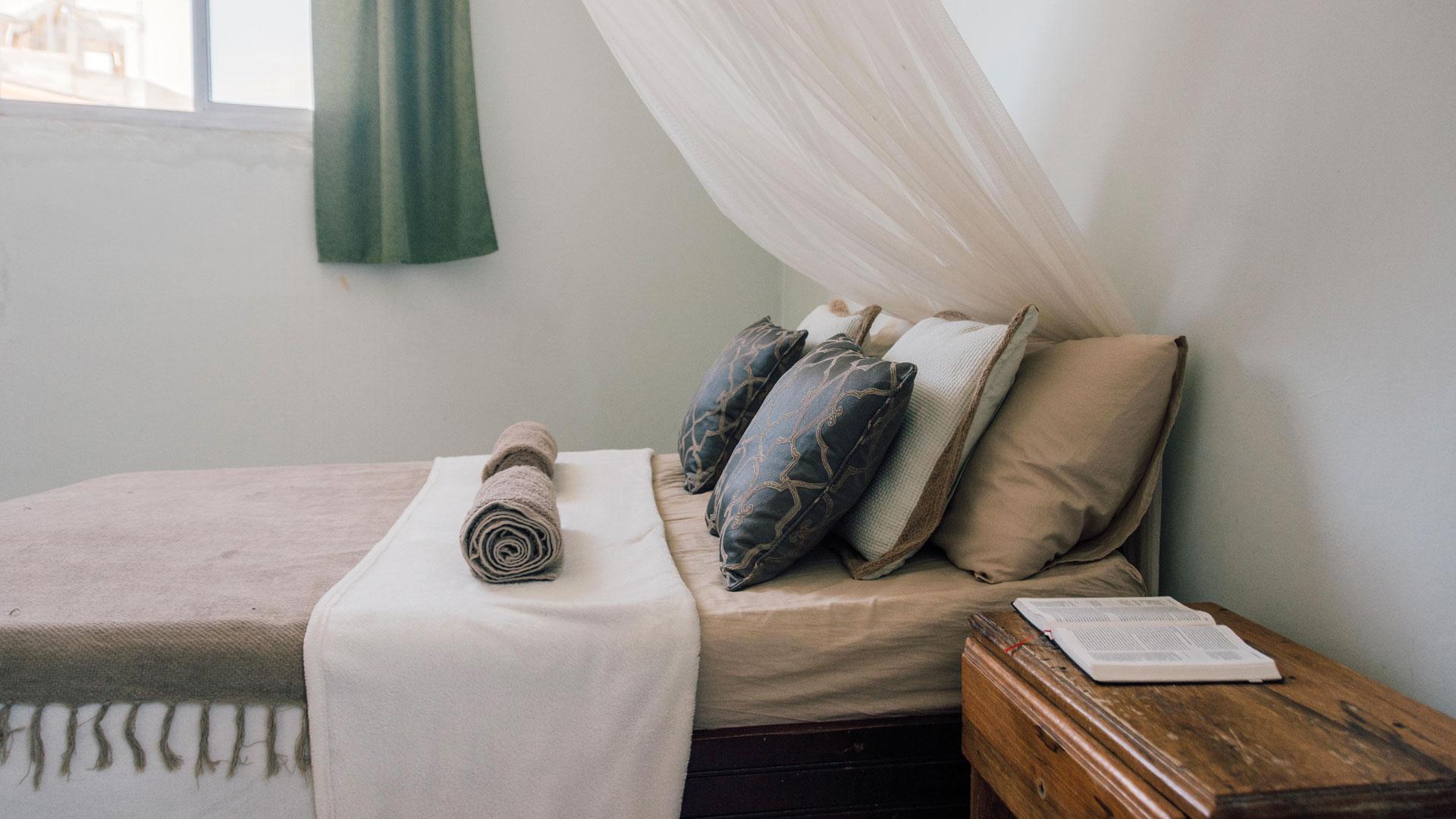 Die Zimmer sind schlicht. Üppiger Komfort passt nicht zum Surfer-Image.