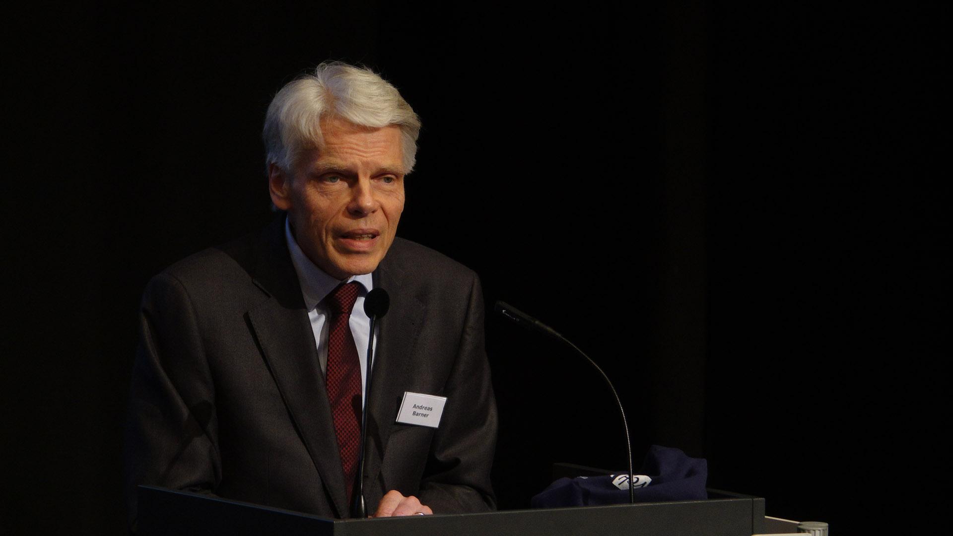 EKD-Ratsmitglied Andreas Barner erklärte vor den Synodalen, wie sich die Kirchensteuern entwickeln