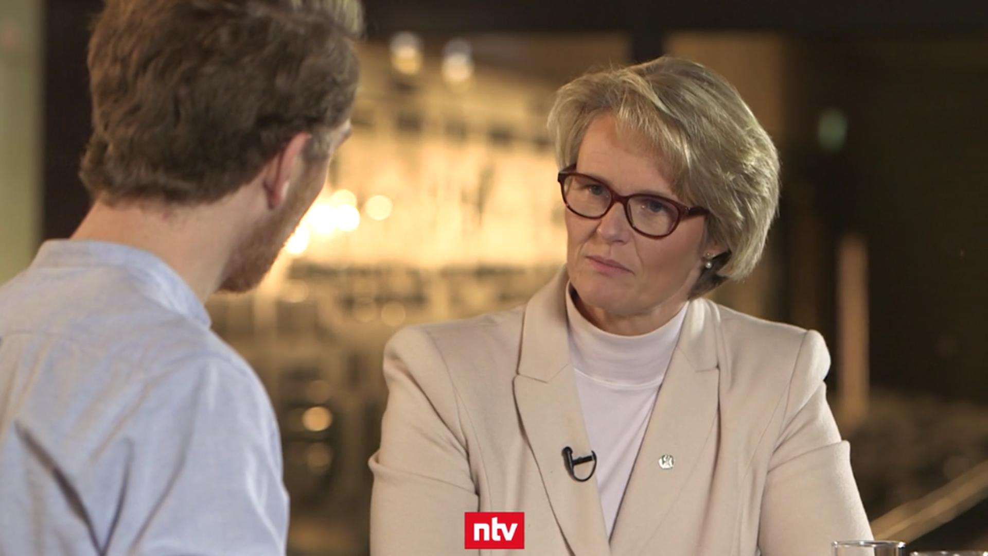 Bundesbildungsministerin Anja Karliczek (CDU) stellt sich den Fragen von Louis Klamroth