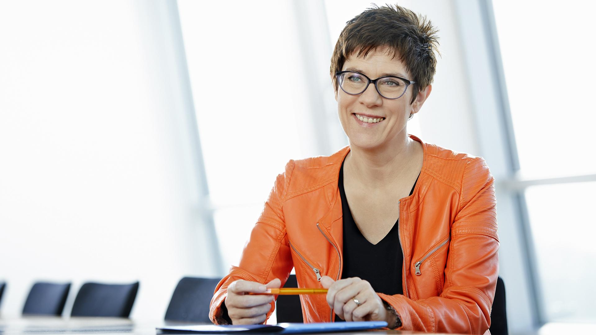 Annegret Kramp-Karrenbauer sorgt sich um ungeborene Kinder mit Down-Syndrom. Dennoch will sie die vorgeburtlichen Tests auf den Gendefekt als Kassenleistung sehen.