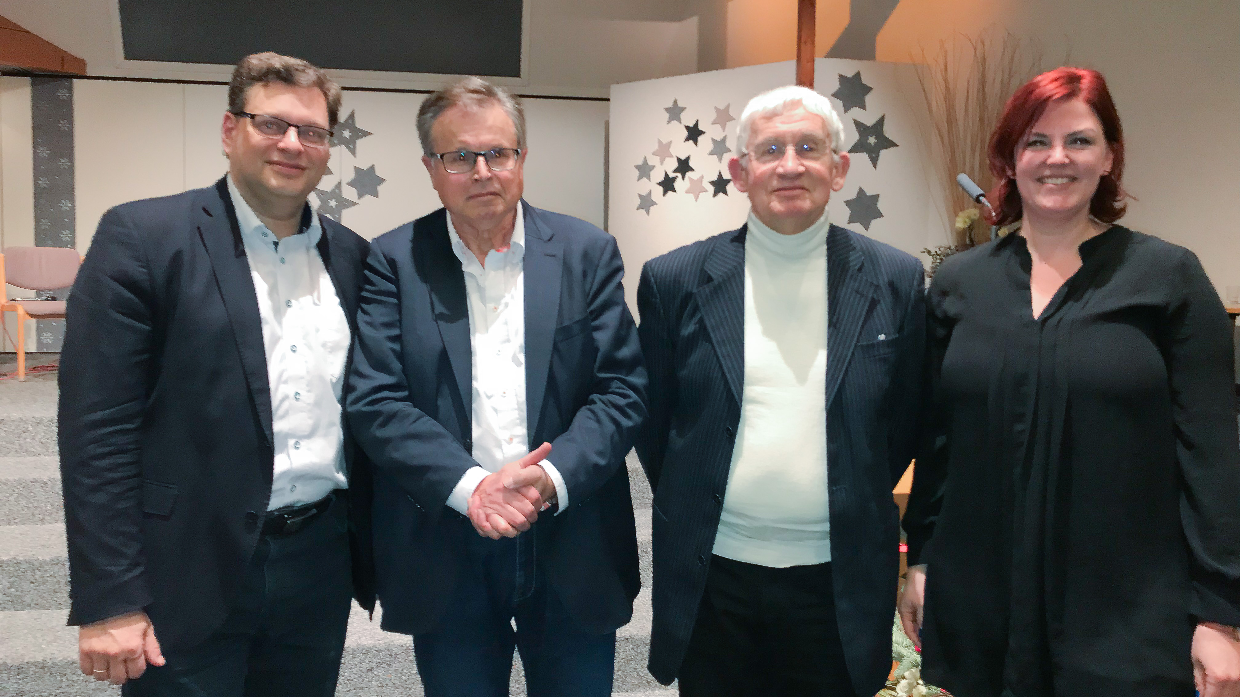 Thorsten Dietz (links) und Joachim Kahl (3. von links) stritten in Marburg gemeinsam über die Plausibilität des Glaubens. Anlass war die Buchvorstellung des Buchs von Jürgen Mette (2. von links). Johanna Klöpper (rechts) moderierte die Veranstaltung.