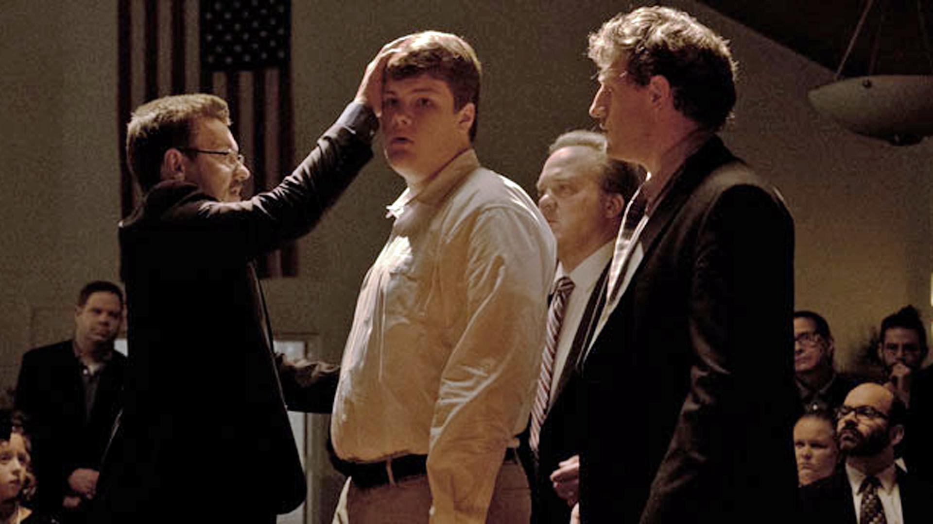 Im Rahmen der Konversiontherapie versucht sich der Kursleiter Victor Sykes (links, Joel Edgerton) an einer Art Dämonenaustreibung