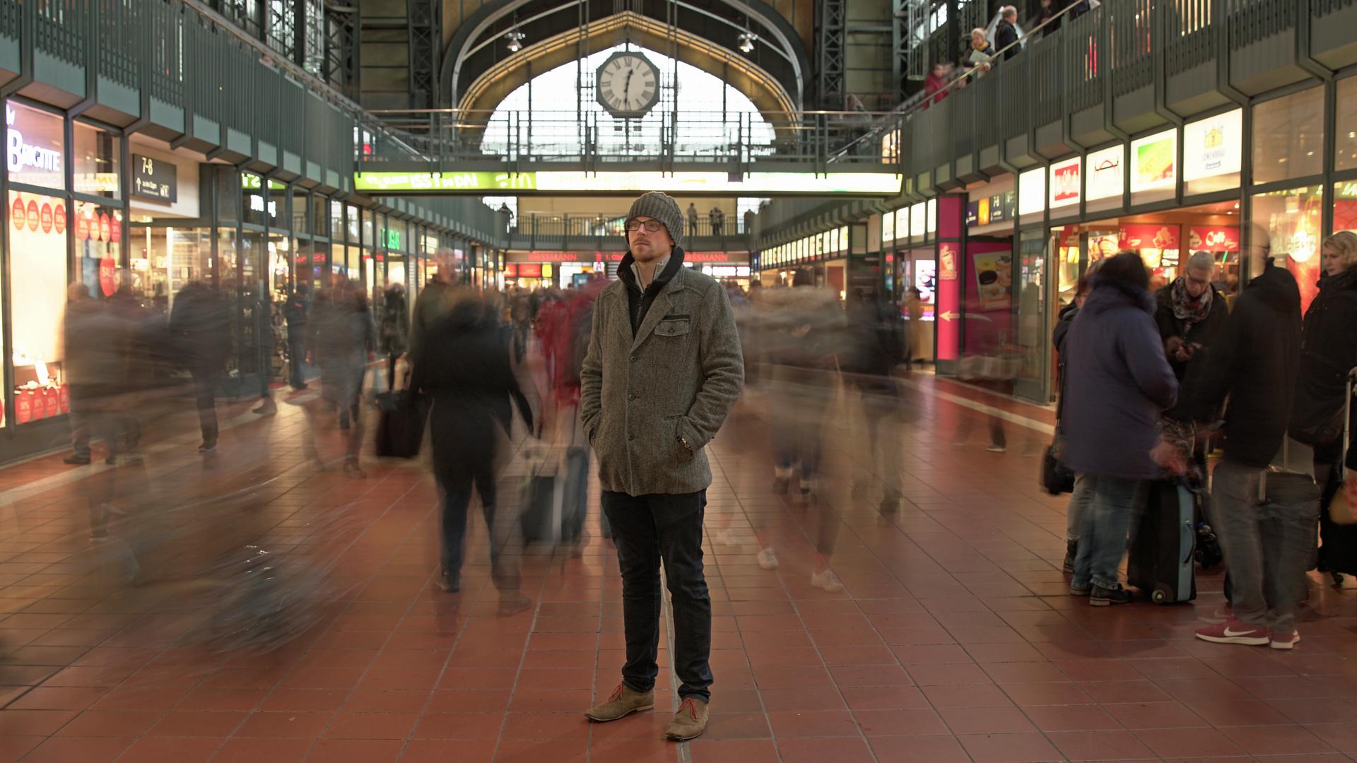 Neu in der Stadt: Berufsanfänger Christian Adis muss sich einen neuen Freundeskreis aufbauen.