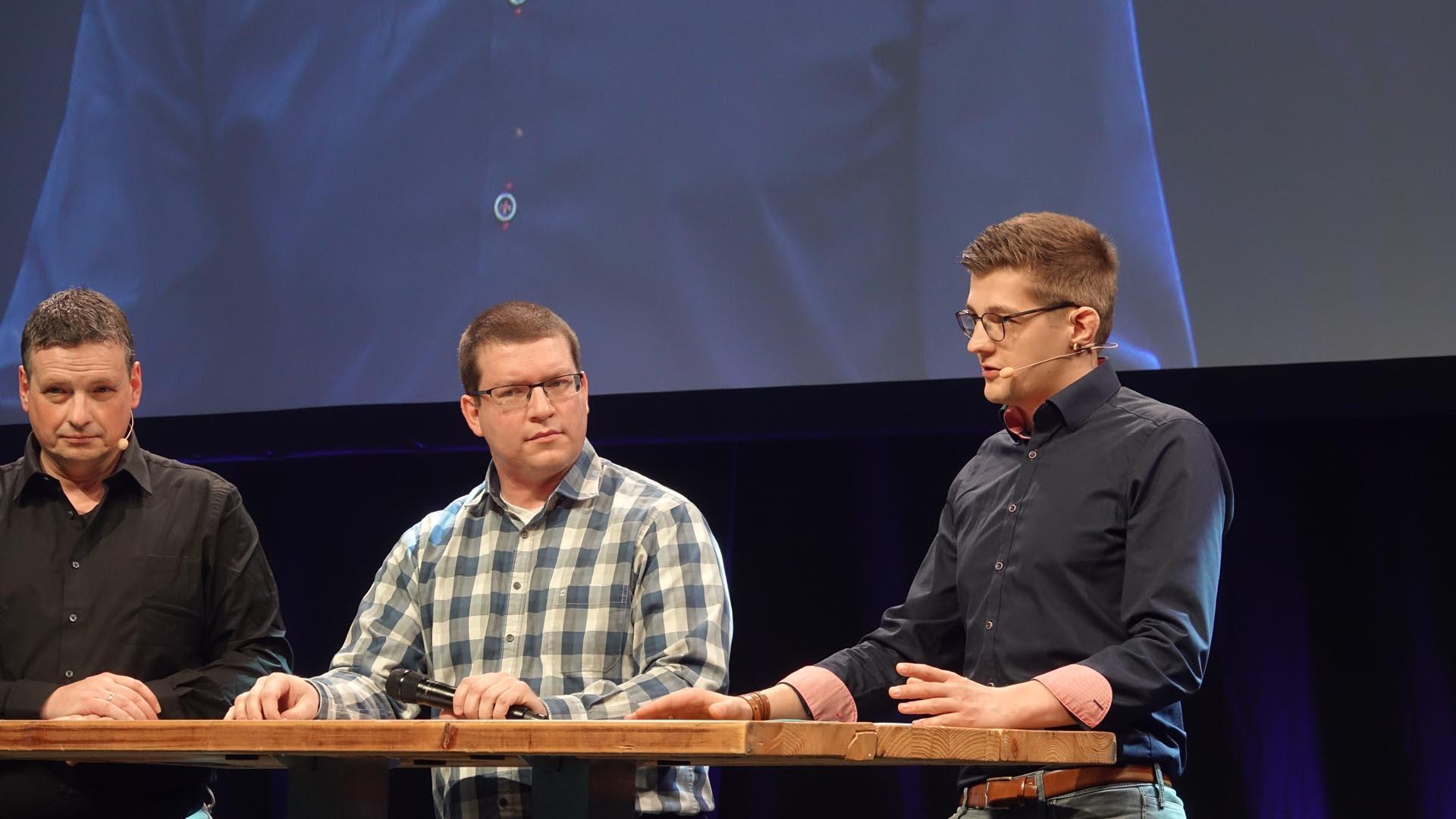 Moderator Stefan Piechottka, Kirchenrat Tobias Schneider und Software-Entwickler Matthias Hewelt (von links)