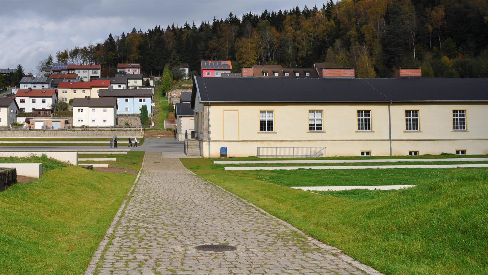 Im KZ Flossenbürg wurde am 9. April 1945 der Pastor Dietrich Bonhoeffer auf persönliche Anordnung von Adolf Hitler hingerichtet