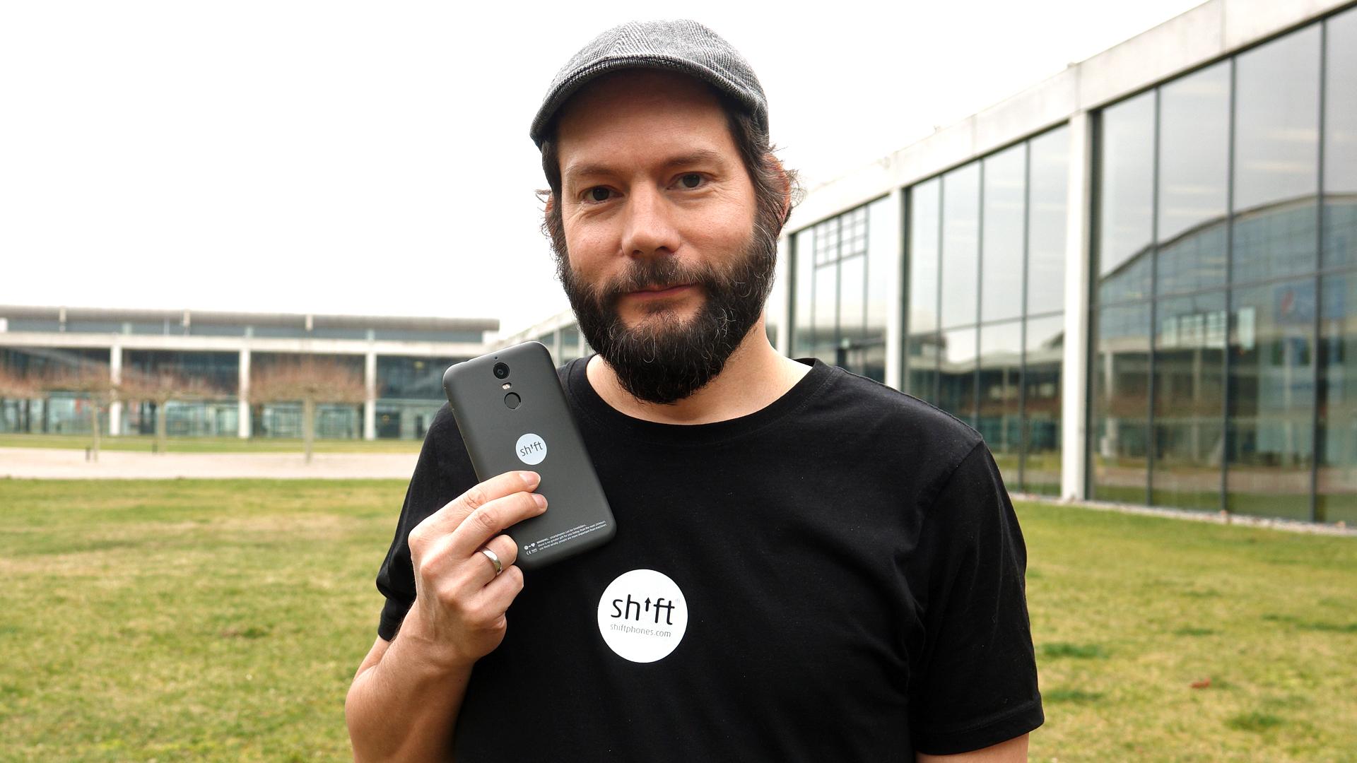 """Der Hesse Carsten Waldeck hat mit seinem Bruder und Vater die Firma """"Shift"""" gegründet. Das Unternehmen baut sogenannte modulare Smartphones, bei denen der Nutzer Bauteile selbst austauschen kann."""