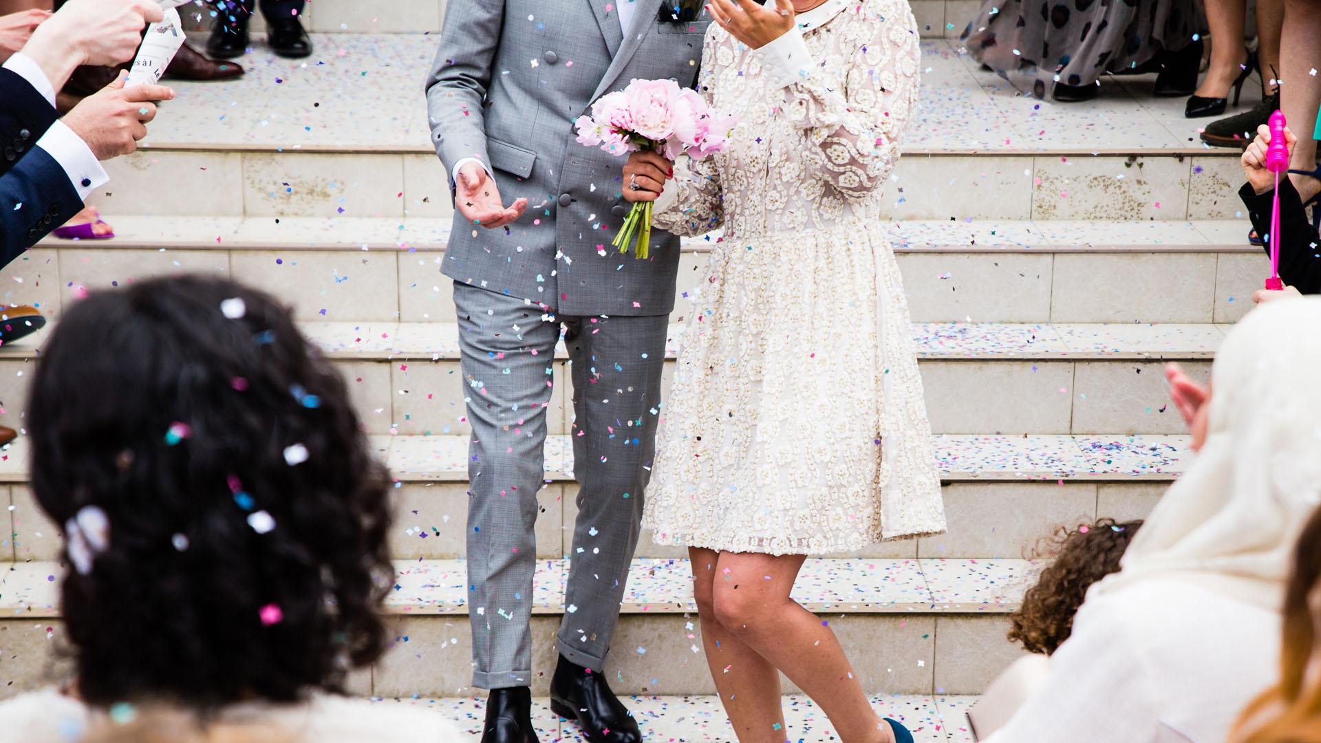 Ein Paar feiert seine Hochzeit: Online Ordinierte sollen künftig in Tennessee keine Trauungen mehr durchführen (Symbolbild)