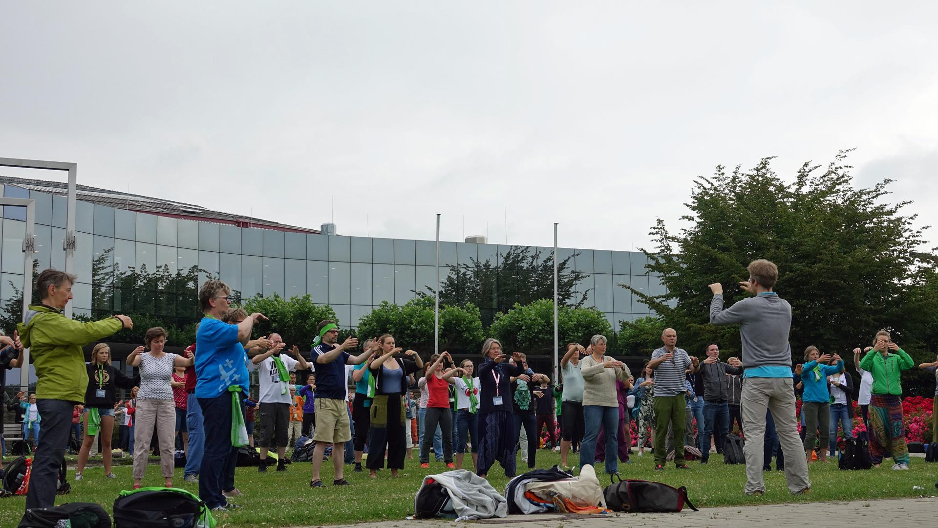 Im Rosengarten bei den Westfalenhallen gab es morgens körperliche Ertüchtigungen der Kirchentagsteilnehmer zu bewundern