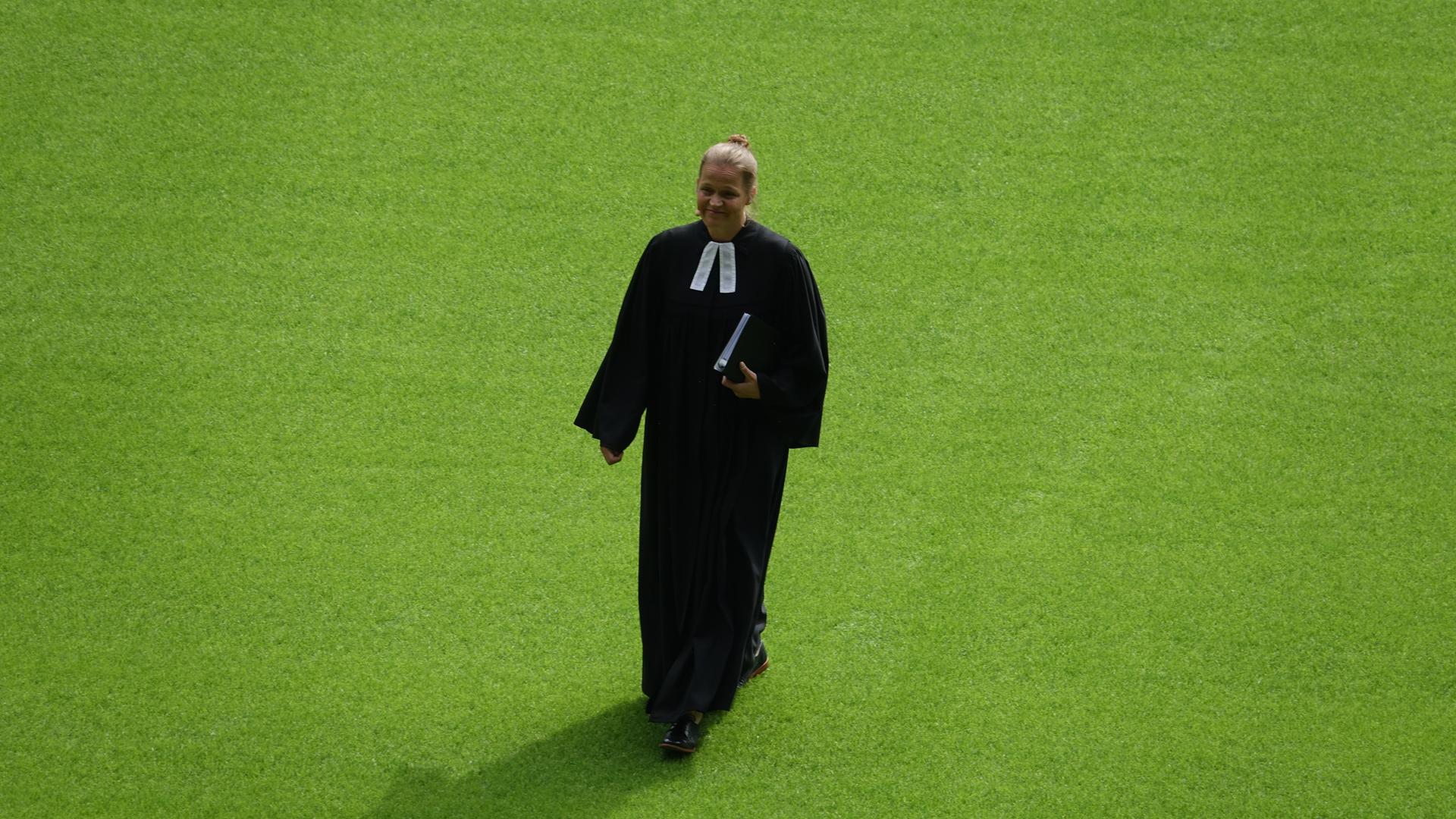 Der Weg zurück vom Rednerpult in der Mitte des Dortmunder Stadions: Pastorin Bils