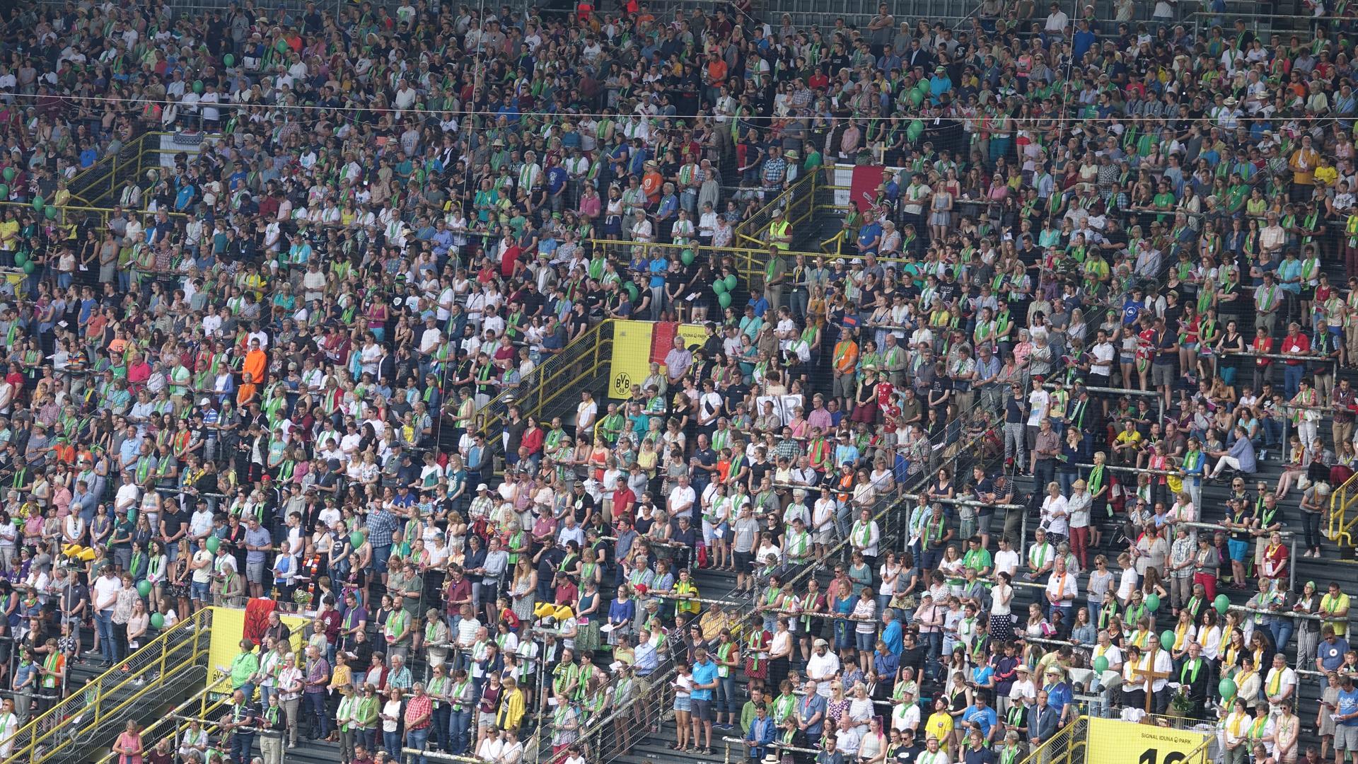 32.000 Teilnehmer lauschen dem Abschlussgottesdienst im Signal-Iduna-Park