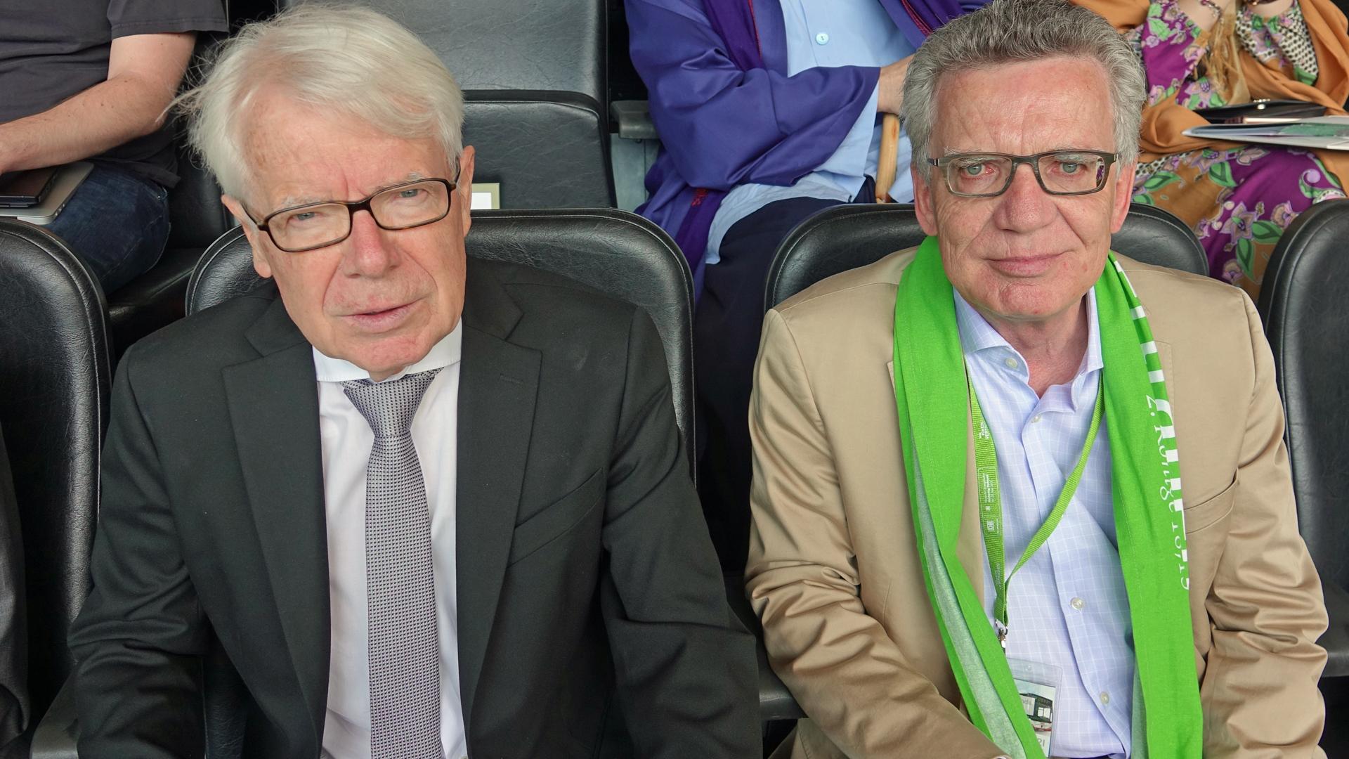 Der Präsident von Borussia Dortmund, Reinhard Rauball (l.), und der CDU-Politiker und ehemalige Innenminister Thomas de Maizière beim Abschlussgottesdienst am Sonntag