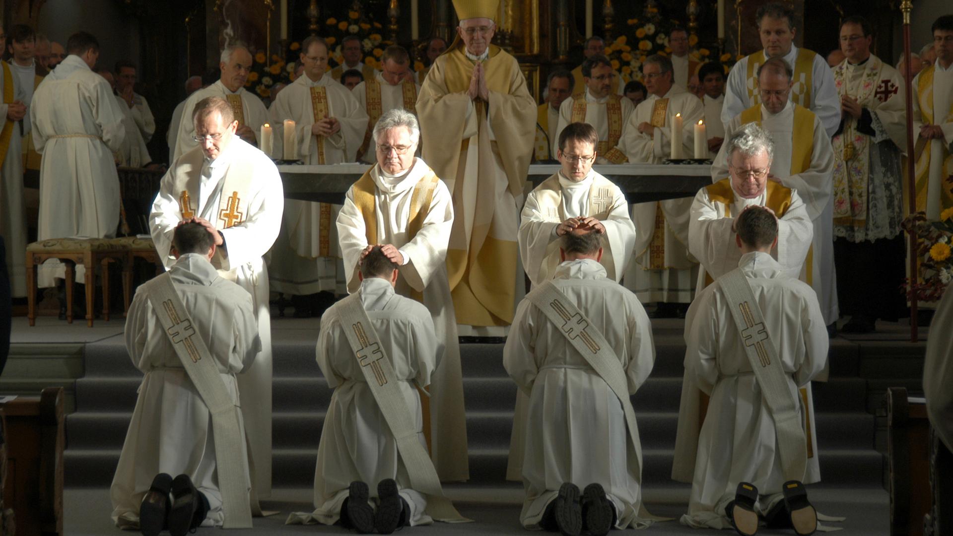 Priesterweihe in der Schweizer Stadt Schwyz
