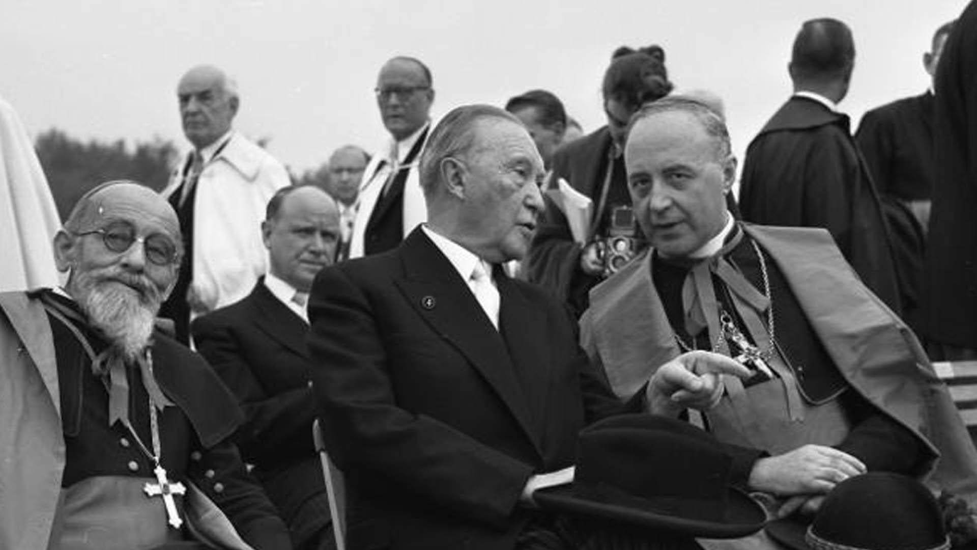 Konrad Adenauer (Mitte) auf dem Deutschen Katholikentag 1956 in Köln zusammen mit Kardinal Joseph Wendel (rechts) und Bischof Karl Christian Weber