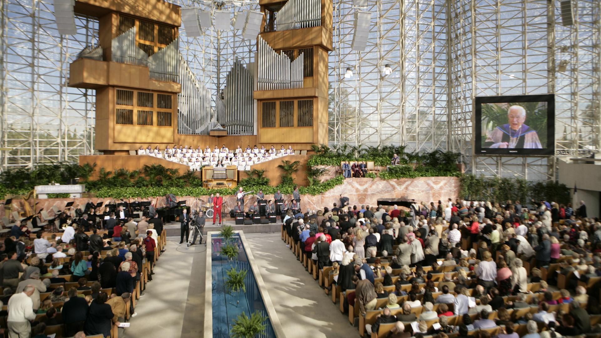 """In der """"Crystal Cathedral"""" in Garden Grove, Kalifornien baute Robert Schuller eine Megakirche auf. Von dort wurde jahrzehntelang der Fernsehgottesdienst """"Hour of Power"""" gesendet. 2012 ging die Gemeinde insolvent, das Gebäude wurde an die Katholische Kirche verkauft."""