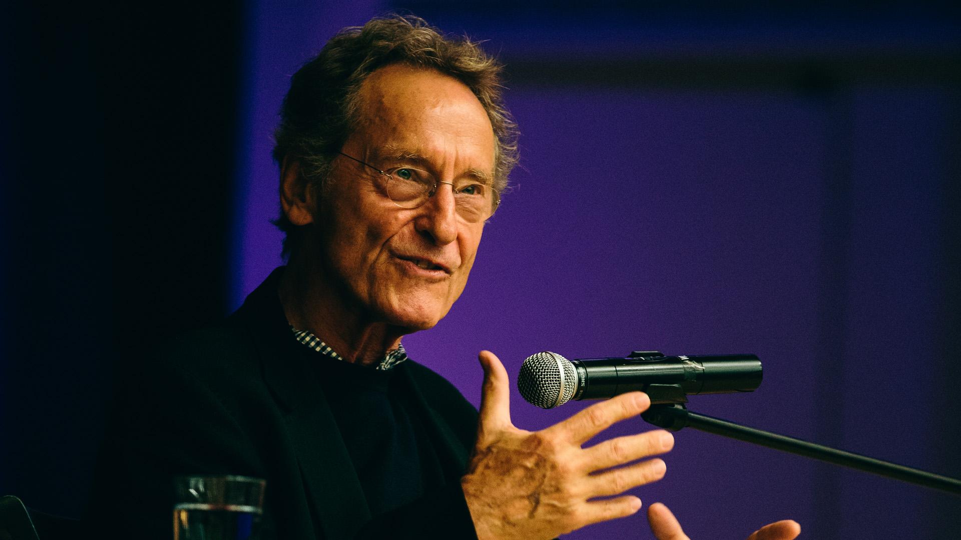 """Bernhard Schlink ist Jurist und Schriftsteller. Sein Roman """"Der Vorleser"""" wurde zu einem internationalen Bestseller."""