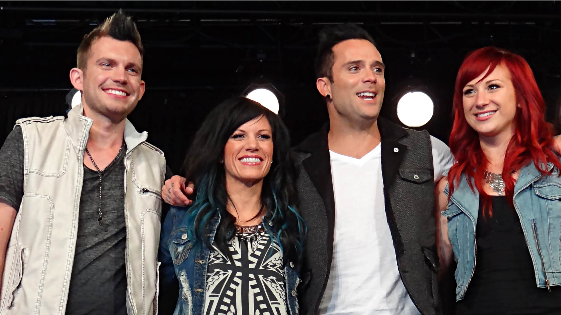 Die Skillet-Bandkollegen im Jahr 2013: Gitarrist Seth Morrison, Keyboarderin Korey Cooper und ihr Ehemann und Lead-Sänger John L. Cooper sowie Schlagzeugerin Jen Ledger