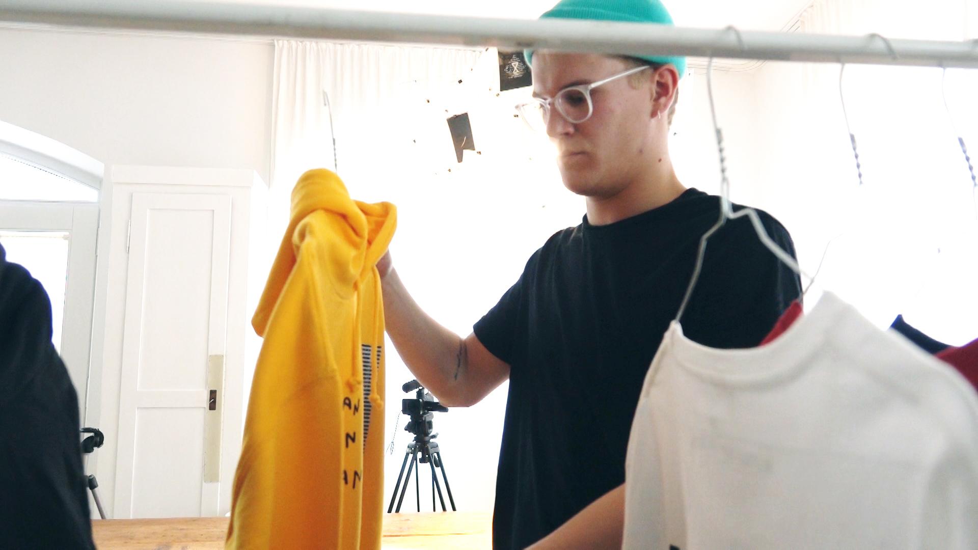 """22 Jahre und schon ein eigenes Mode-Label: Peter Ronsdorf macht unter dem Namen """"Bubbelgum Studios"""" christliche Mode"""
