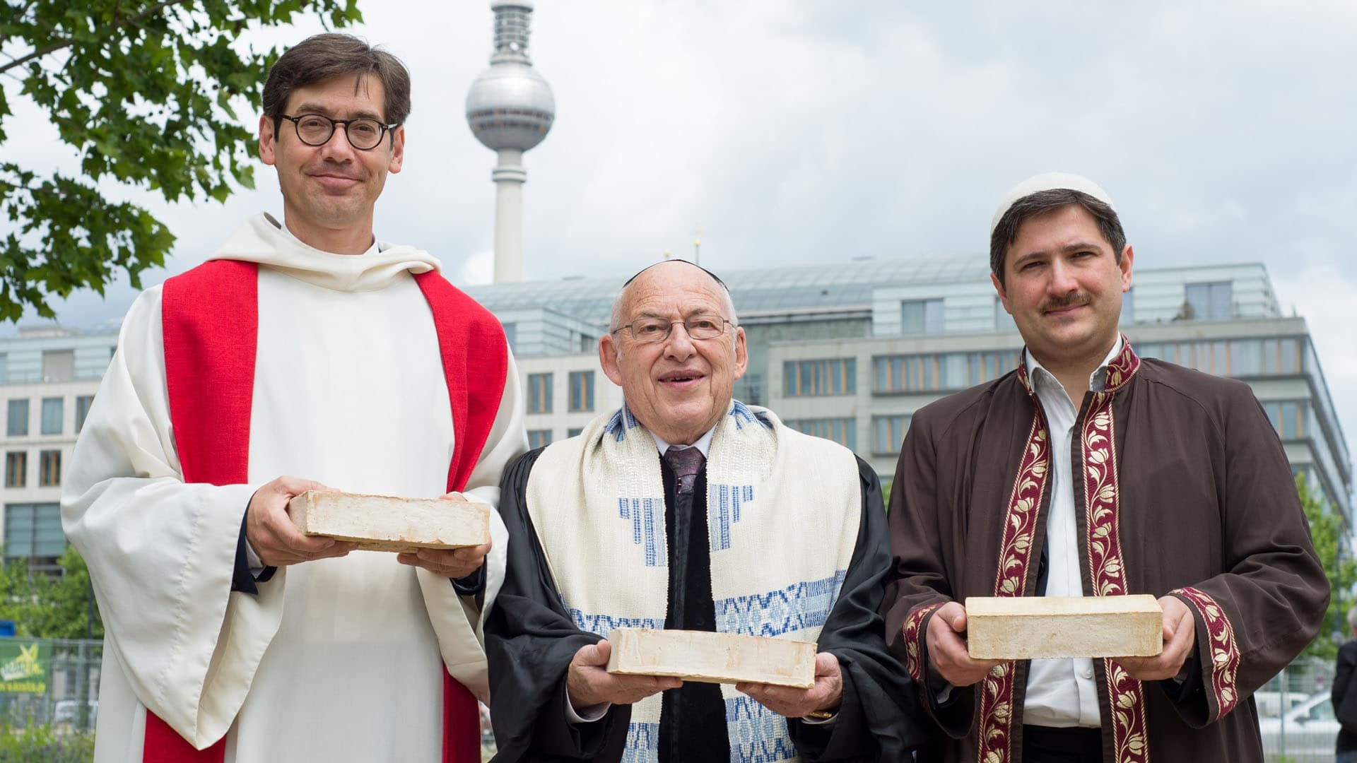 """Die Initiatoren des interreligiösen """"House of One"""": Pfarrer Gregor Hohberg, Rabbi Tovia Ben Chorin und Imam Kadir Sanci. 2014 haben sie im pro-Interview erklärt, welche Ziele sie mit dem Haus haben und wie sie das Projekt finanzieren wollen. Zu dem Zeitpunkt war noch nicht absehbar, ob das nötige Geld zusammenkommt."""