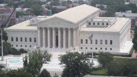 Das US Supreme Court in Washington hat 1973 beschieden, dass Abtreibungen grundsätzlich bis zur Lebensfähigkeit des Kindes zulässig sind. Die US-Bundesstaaten können jedoch eigene rechtliche Regelungen festlegen.