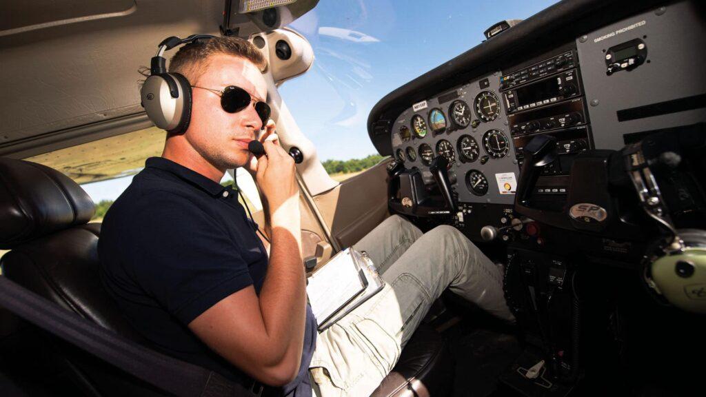 Vor dem Abflug kontrolliert Jan Klassen noch einmal alle Geräte auf ihre Funktion