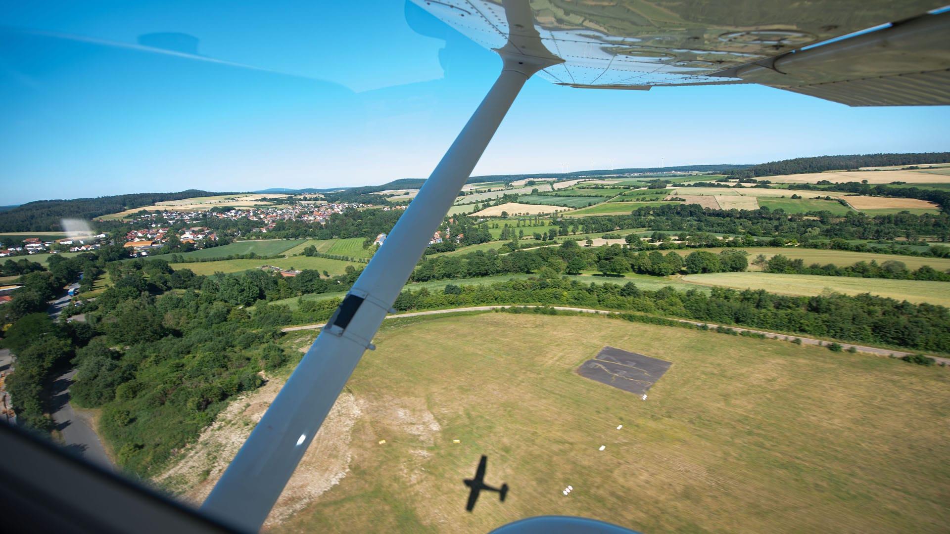 Die Piloten fliegen für das Training über das hessische Marburg und seine Umgebung