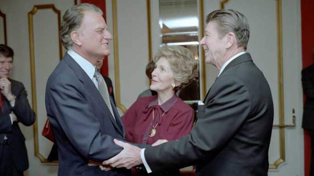 Ein Film über Billy Graham wird am 8. November erstmals auf Bibel TV übertragen. Der amerikanische Prediger gilt als Evangelist der Präsidenten, hier mit dem Ehepaar Reagan.