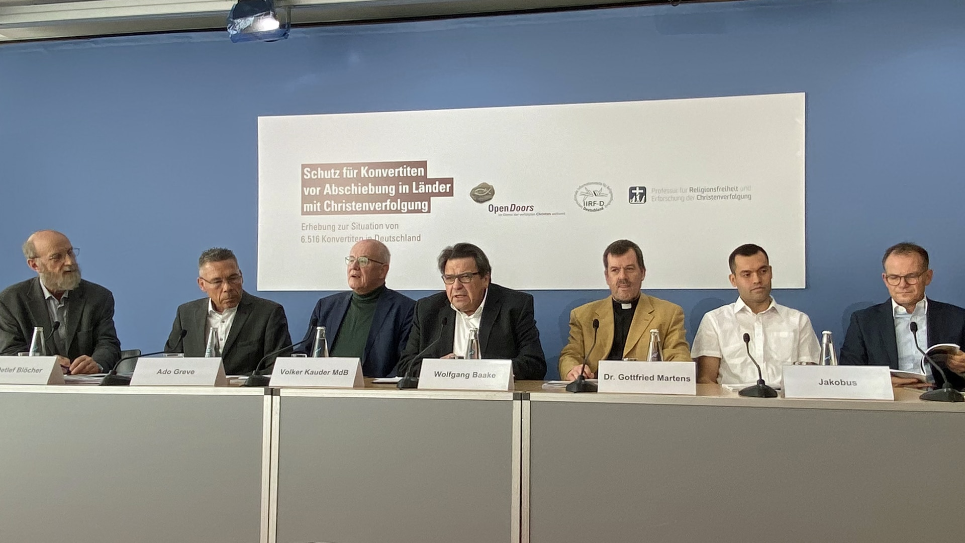 Teilnehmer der Pressekonferenz am Montag in Berlin: (v.l.) Detlef Blöcher, Ado Greve, Volker Kauder, Wolfgang Baake, Gottfried Martens, Konvertit Jakobus, Reinhardt Schink