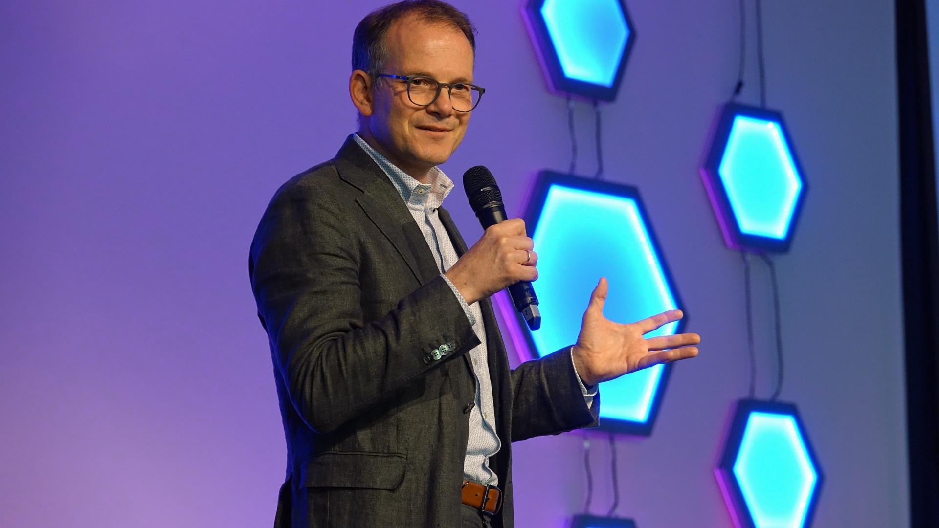 Reinhardt Schink, Generalsekretär der Deutschen Evangelischen Allianz, begrüßte die Teilnehmer zu Beginn der Veranstaltung