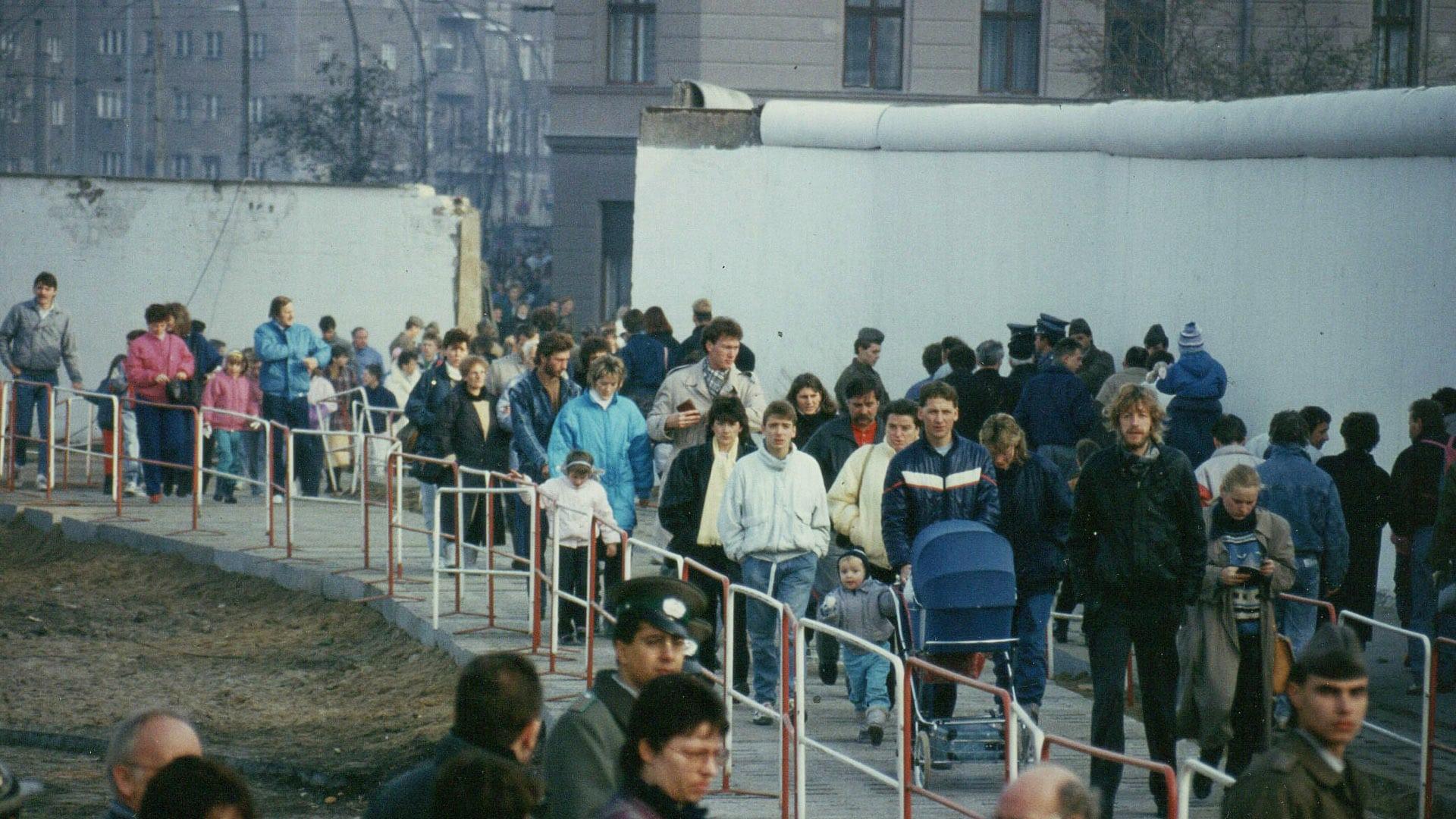 Nach dem 9. November 1989 konnten Menschen zwischen dem Ost- und dem Westteil Berlins hin und her spazieren. Bis zu diesem Datum war das unvorstellbar. Mehr Impressionen zum Mauerfall in der pro-Bilderstrecke