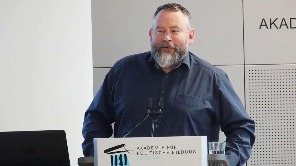"""Der Medienjournalist Stefan Niggemeier auf der Fachtagung """"Jetzt mal ehrlich! Was Journalismus aus den Täuschungsfällen lernen muss"""" in der Akademie für Politische Bildung in Tutzing"""