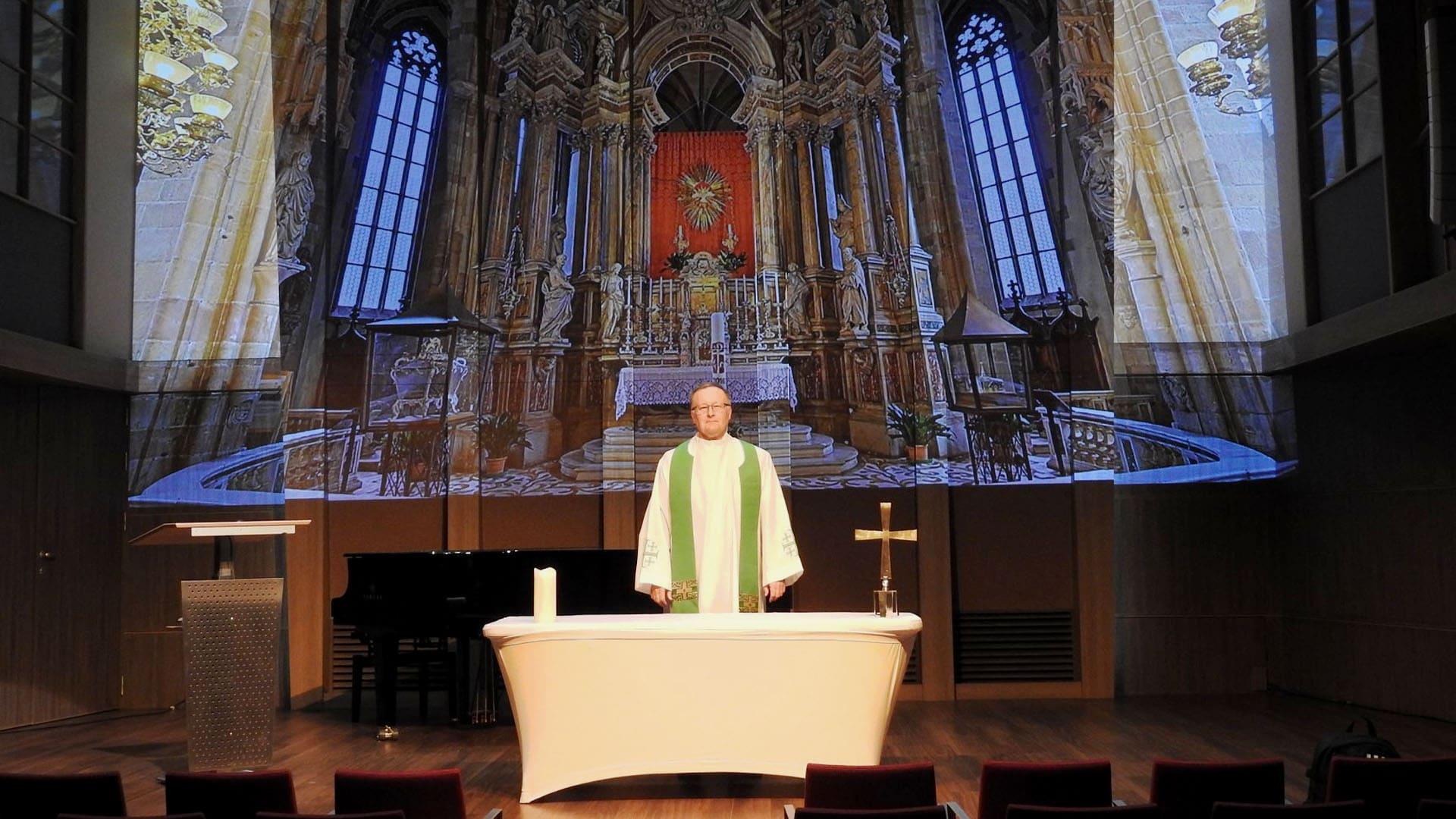 """Ein Altar auf die Leinwand projiziert: """"Sie finden keinen sakralen Raum vor auf den Schiffen, außer bei den Italienern, sondern dieser muss erst inszeniert werden."""""""